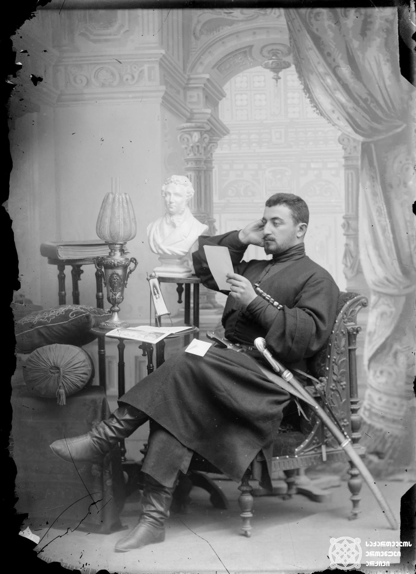 ლევან დადეშქელიანი (1873-1918) ქართველი პუბლიცისტი, პოლიტიკური მოღვაწე. <br> მინის ნეგატივი 12X16. <br> Levan Dadeshkeliani (1873-1918) Georgian publicist, political figure. <br> Glass negative 12X16. <br>