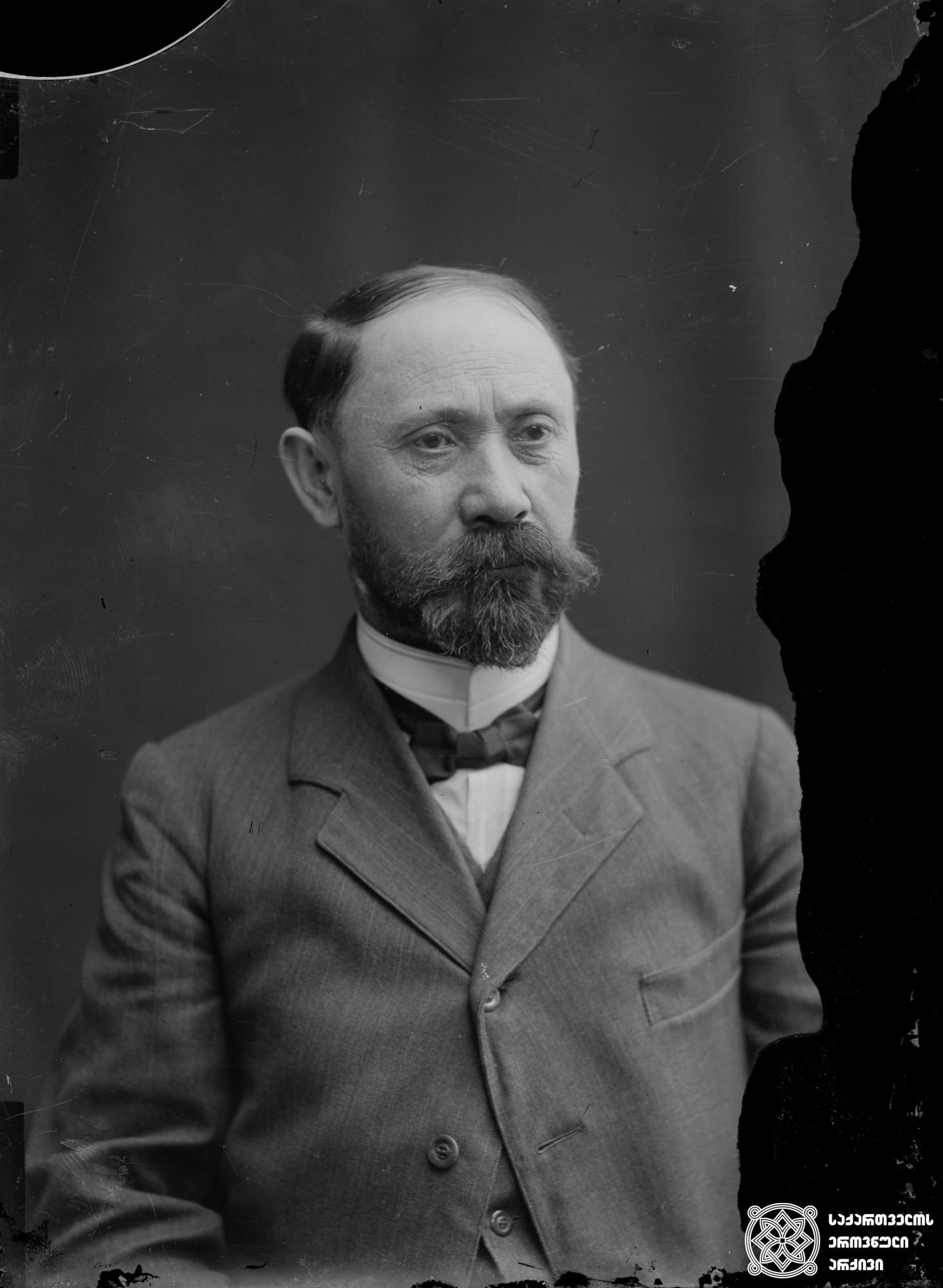 მწერალი შიო მღვიმელი (1866-1933). <br> მინის ნეგატივი 12X16. <br> Writer Shio Mghvimeli (1866-1933). <br> Glass negative 12X16. <br>