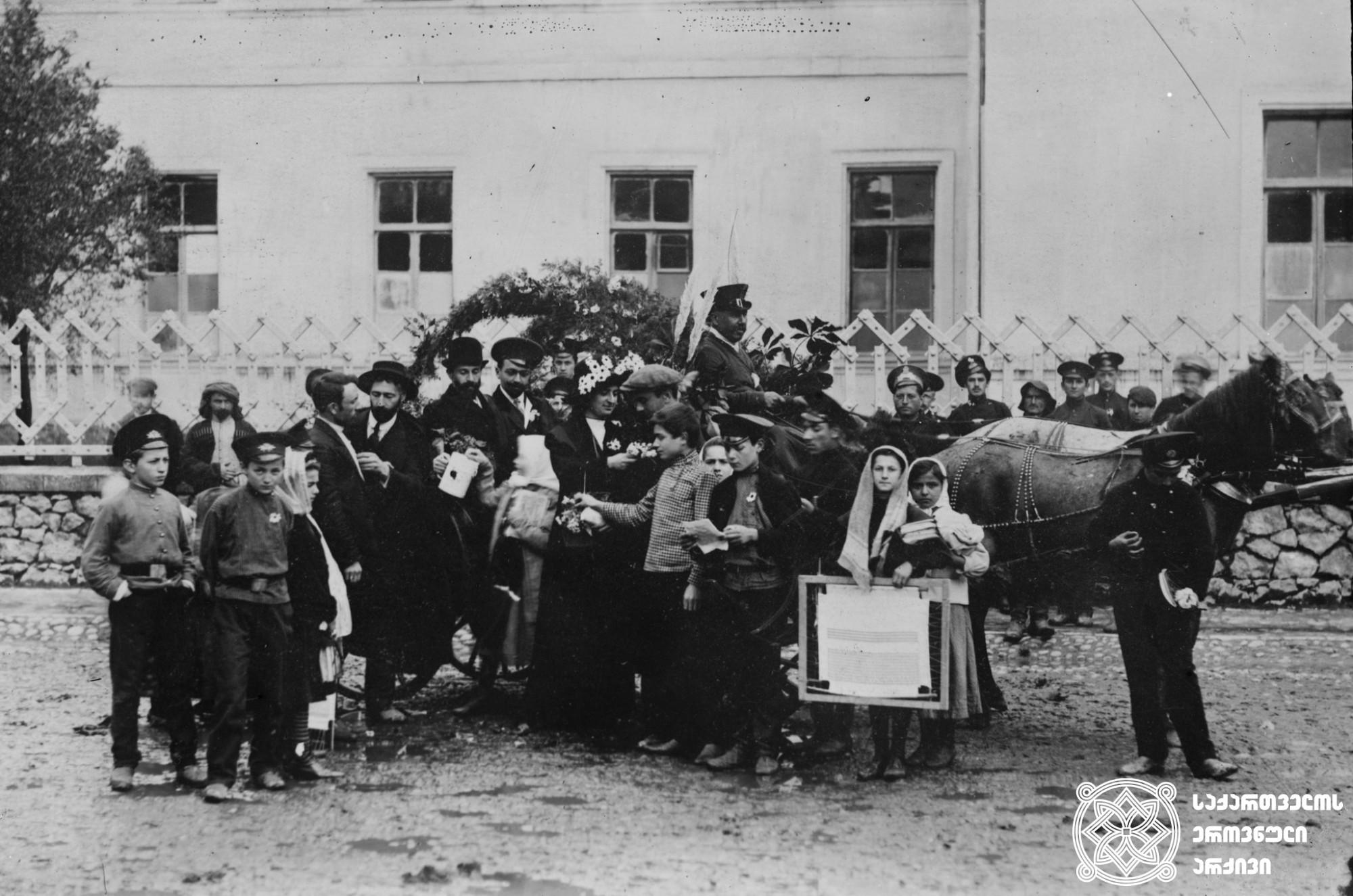გვირილობის დღე ქუთაისში. [1912-1917]. <br> მინის ნეგატივი 9X12. <br> Gviriloba Day in Kutaisi. [1912-1917]. <br> Glass negative 9X12. <br>