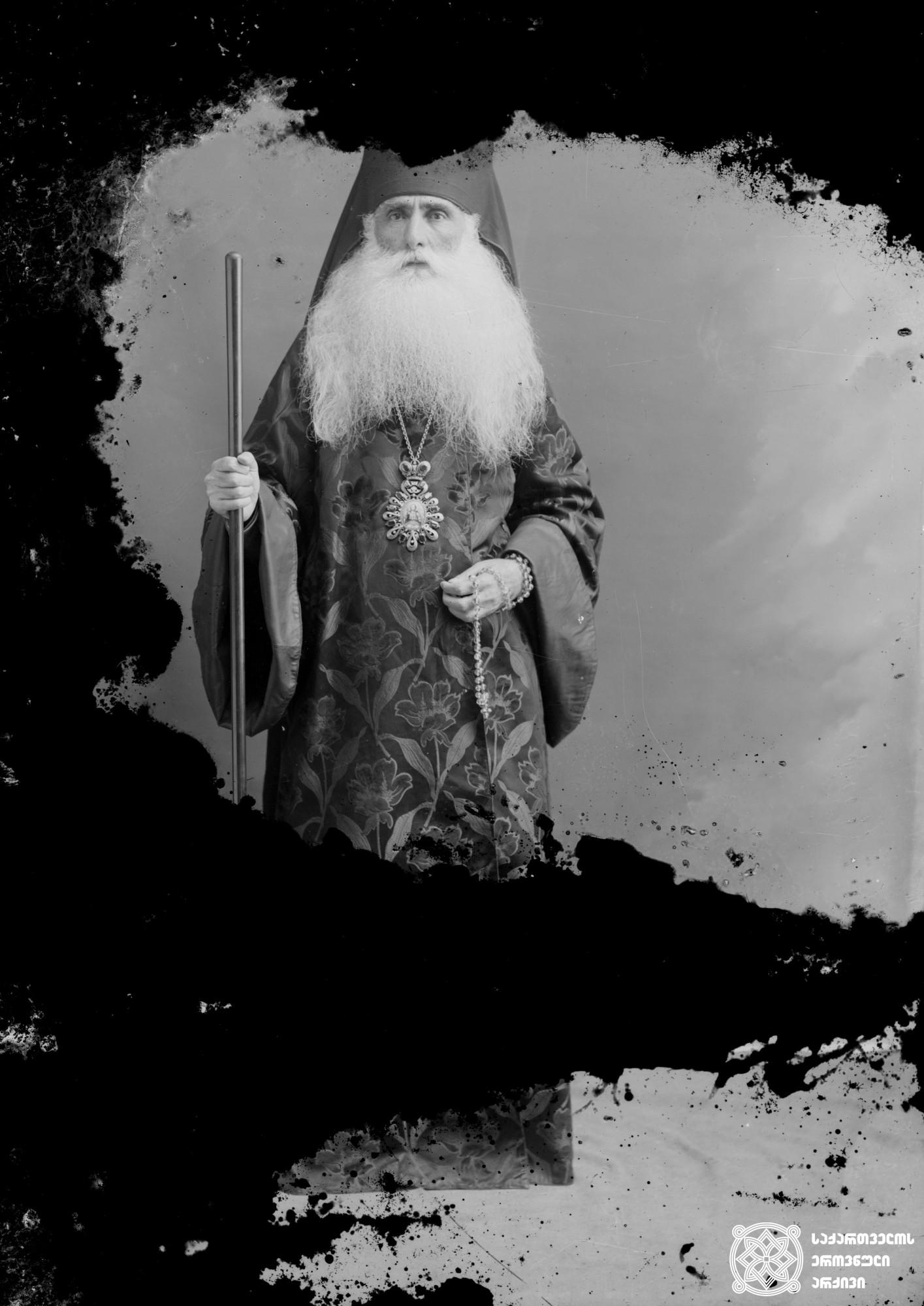 იმერეთის ეპისკოპოსი გიორგი ალადაშვილი (1850-1924). <br> ქუთაისი. 1913. <br>  მინის ნეგატივი 12X16. <br> Bishop Giorgi Aladashvili of Imereti (1850-1924). <br> Kutaisi. 1913. <br> Glass negative 12X16. <br>