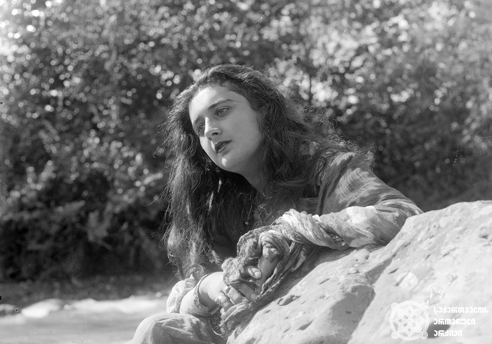 გიული 1927. <br>  რეჟისორები: ნიკოლოზ შენგელაია, ლევ პუში. <br>  სცენარის ავტორები: ნიკოლოზ შენგელაია, ლევ პუში, მიხეილ კალატოზიშვილი.  ოპერატორი: მიხეილ კალატოზიშვილი. მხატვარი: ვალერიან სიდამონ-ერისთავი. <br>  ფილმი გადაღებულია შიო არაგვისპირელის ამავე სახელწოდების მოთხრობის მიხედვით. <br> ფოტოზე: ქართული კინოს ვარსკვლავი ნატო ვაჩნაძე-გიულის როლში. <br>  Giuli 1927. <br> Directors: Nikoloz Shengelaia, Lev Push. <br>  Screenwriters: Nikoloz Shengelaia, Lev Push, Mikheil Kalatozishvili. <br>  Camera operator: Mikheil Kalatozishvili. Production designer: Valerian Sidamon-eristavi.  <br> Filmed according to Shio Aragvispireli's story of the same name.<br> On the photo: Nato Vachnadze in the part of Giuli.<br>
