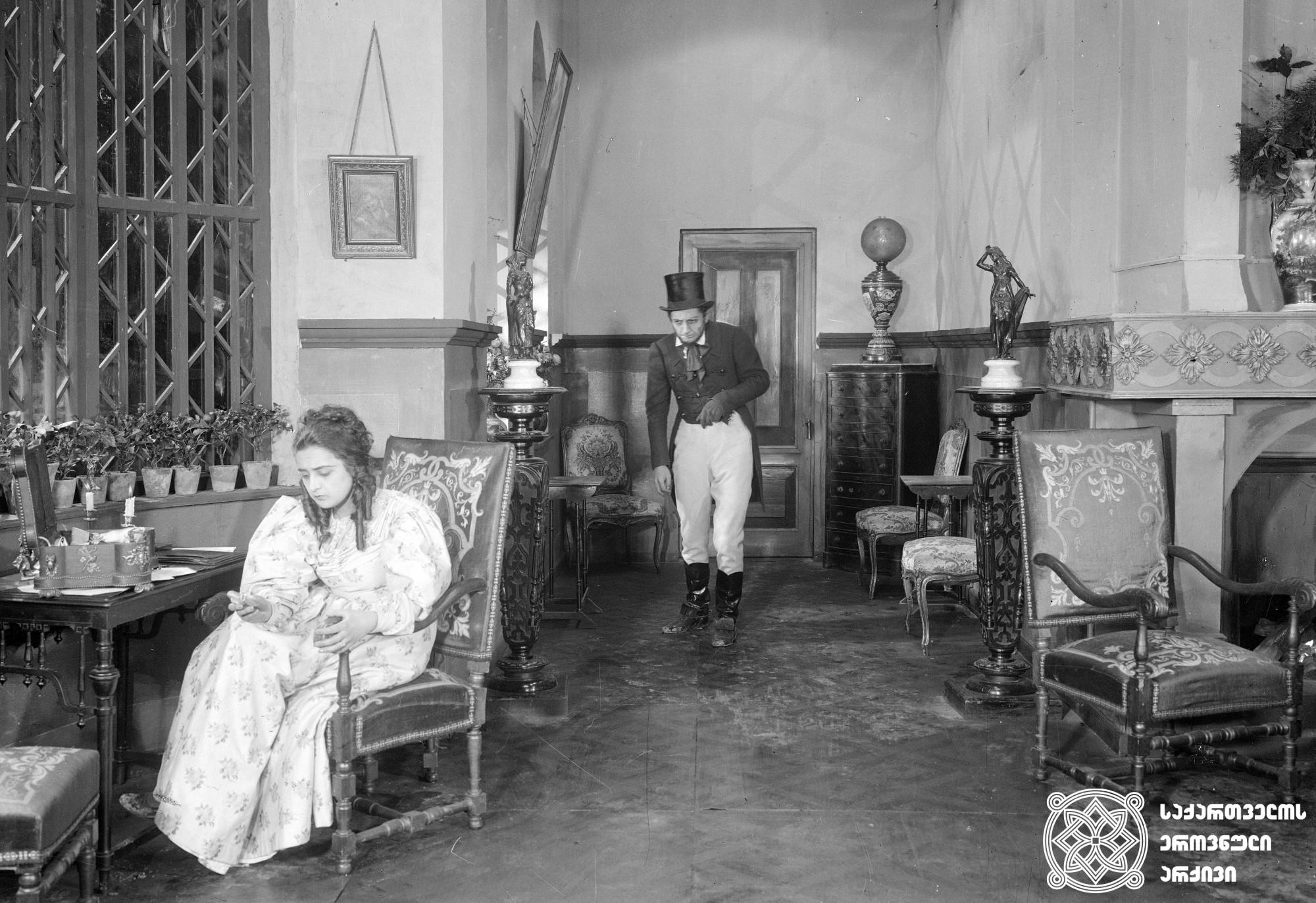 კრაზანა. 1928. <br> რეჟისორი: კოტე მარჯანიშვილი. <br> სცენარის ავტორები: კოტე მარჯანიშვილი, ვიქტორ შკლოვსკი. ოპერატორი: სერგეი ზაბოზლაევი. მხატვარი: ვალერიან სიდამონ-ერისთავი. <br>  გადაღებულია ეთელ ლილიან ვოინიჩის ამავე სახელწოდების რომანის მიხედვით. <br> ფოტოზე:  ნატო ვაჩნაძე (ჯემა) და ილიკო მერაბიშვილი (კრაზანა-არტური).  Krazana (The Wasp). 1928. <br>  Director: Kote Marjanishvili. <br> Screenwriters: Kote Marjanishvili, Victor Shklovsky. Camera operator: Sergei Zabozlaev. Production designer: Valerian Sidamon-ersitavi. <br> Filmed according to Ethel Lilian Voynich's novel of thesame title. <br> On the photo: Nato Vachnadze (Jema) and Iliko Merabishvili (wasp-Arthur).