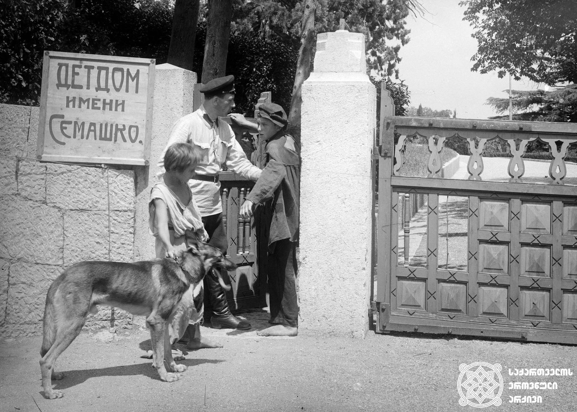 """""""მიტკ, პეტკა და ჩემბერლენი"""". 1927. <br>  რეჟისორი: ალექსანდრე სეგელი. <br> სცენარის ავტორი: ი.ფილდერი.  ოპერატორი: ა.ვინკლერი. <br>  Mitka, Petka and Chemberlen. 1927. <br> Director: Alexander Segel. <br> Screenwriter: I. Filder.  Camera operator: A. Vinkler."""