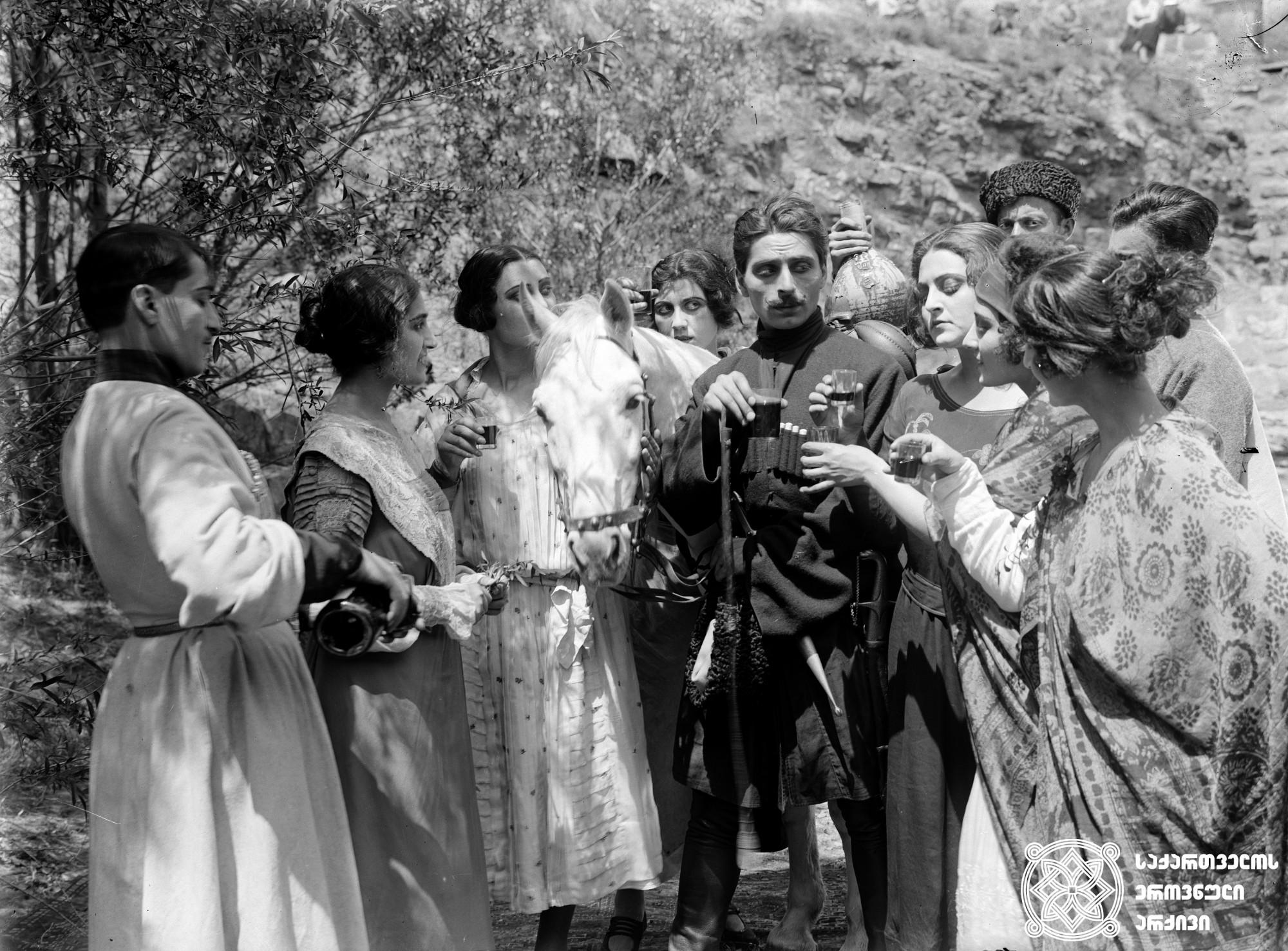 """""""ტარიელ მკლავაძის მკვლელობის საქმე"""". 1925. <br> რეჟისორი: ივანე პერესტიანი. <br> სცენარის ავტორი: შალვა დადიანი. ოპერატორი: ალექსანდრე დიღმელოვი. მხატვარი: სემიონ გუბინ-გუნი. <br>  გადაღებულია ეგნატე ნინოშვილის მოთხრობა """"ჩვენი ქვეყნის რაინდის"""" მიხედვით. <br> Tariel Mklavadzis Mkvlelobis Sakme (The Case of Tariel Mklavadze). 1925. <br>  Director: Ivan Perestiani. <br> Screenwriter: Shalva Dadiani. Camera operator: Alexander Dighmelov.  Production designer: Seimon Gubin-gun. <br> Filmed according to Egnate Ninoshvili's story The Hero of Our Country."""