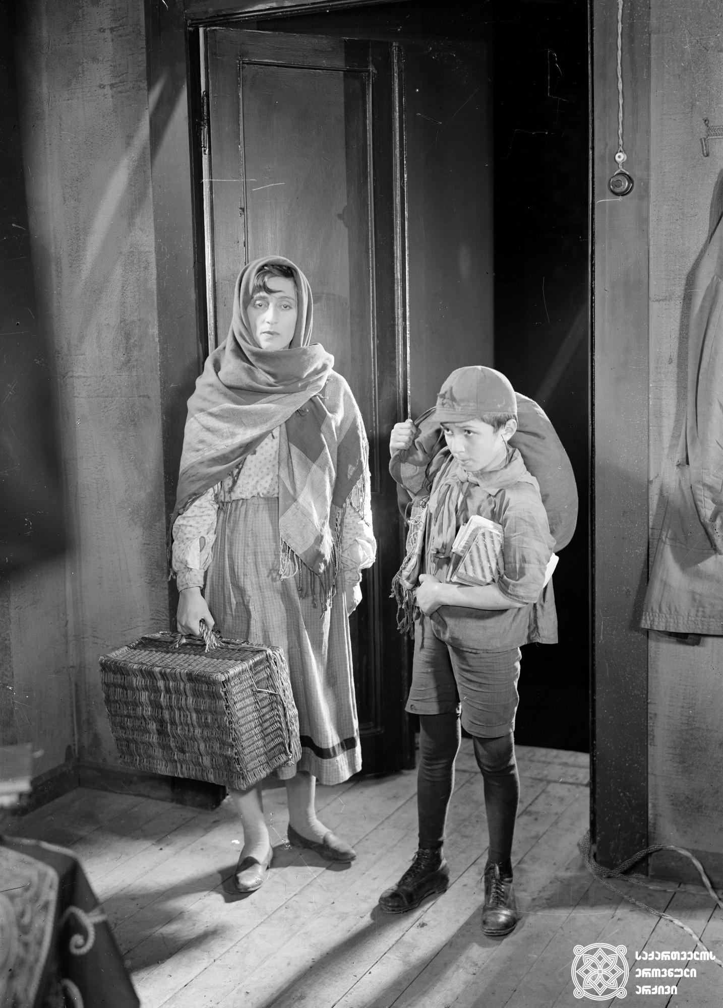 """""""საბა"""". 1929.  რეჟისორი: მიხეილ ჭიაურელი. <br> სცენარის ავტორები: არსენ არავსკი, შალვა ალხაზიშვილი. <br> ოპერატორი: ანტონ პოლიკევიჩი. მხატვრები: ლადო გუდიაშვილი, დავით კაკაბაძე.<br>  ფოტოზე: ვერიკო ანჯაფარიძე (მარო)  და ანდრო ჯანუაშვილი (ვახტანგი). <br>  Saba. 1929. <br>  Director: Mikheil Chiaureli. <br> Screenwriters: Arsen Aravsky, Shalva Alkhazishvili. Camera operator: Anton Polikevych. Producton designers: Lado Gudiashvili, David Kakabadze. <br> On the photo: Actress Veriko Anjapharidze (Maro) and Andro Januashvili (Vakhtang)."""