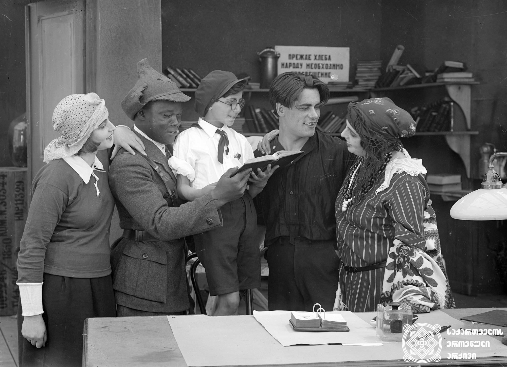 """""""ილან დილი"""". 1926. <br>  რეჟისორი: ივანე პერესტიანი. <br> ოპერატორი: ალექსანდრე დიღმელოვი. მხატვარი: ფიოდორი პუში. ფილმი გადაღებულია უსცენაროდ.  <br> ფოტოზე: სოფია ჟოზეფი (დუნიაშა), პავლე ესიკოვსკი (მიშა), სვეტლანა ლიუქსი (ოქსანა), კადორ ბენ-საიბ (ტომ ჯეკსონი), მარიუს იაკობინი. <br> Ilan-dili. 1926. <br>  Director: Ivan Perestian. <br> Camera operator: Alexander Dighmelov. Production designer: Fiodor Push.  Film is shot without screenwrite. <br>  On the photo: Sofia Josephey (Duniasha), Pavel Yesikovsky (Misha), Svetlana Luiks (Oksana), Kador Ben-Saib (Tom Jackson), Marius Jacobin."""