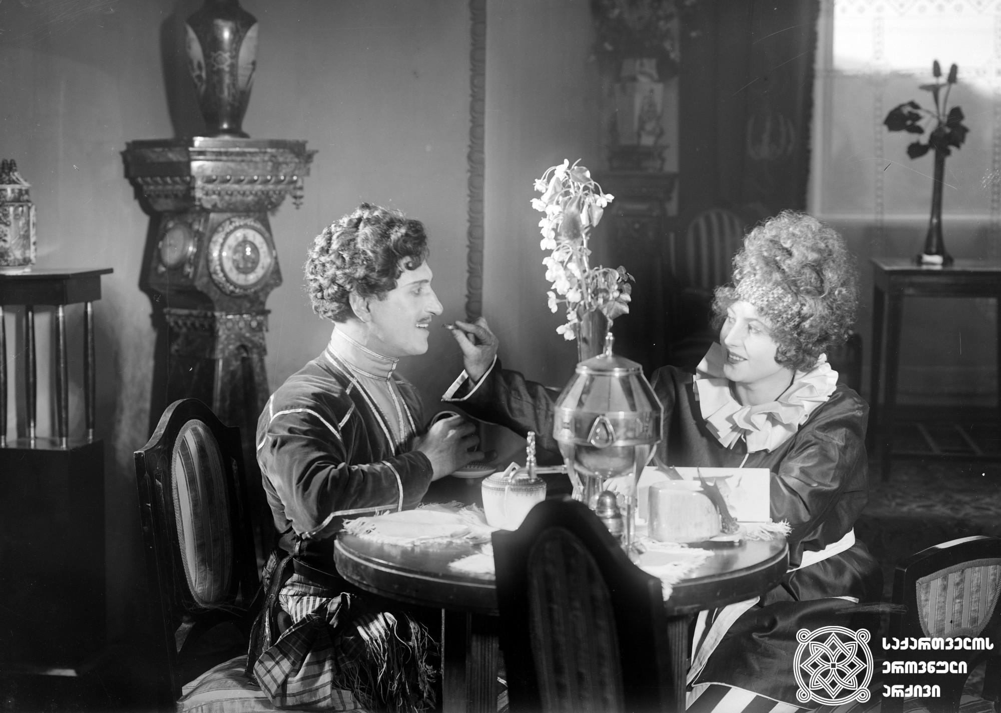 """""""ვინ არის დამნაშავე?"""" 1925. <br> სცენარის ავტორი და რეჟისორი: ალექსანდრე წუწუნავა. <br> ოპერატორი: სერგეი ზაბოზლაევი. მხატვარი: დიმიტრი შევარდნაძე.  გადაღებულია ნინო ნაკაშიძის ამავე სახელწოდების პიესის მიხედვით. <br>  ფოტოზე: კოტე მიქაბერიძე (სიკო)  და სოფია ჟოზეფი (ჟანეტა ცირკის მსახიობი ქალი). <br>  Vin Aris Damnashave? (Who is the Guilty?) 1925.   Screenwriter and director: Aleksandre Tsutsunava. <br> Camera operator: Sergei Zabozlaevi. Production designer: Dimitri Shevardnadze. <br>  Film is shot according to Nino Nakashidze's play of the same title. <br>  On the photo: director, actor Kote Mikaberidze (Siko) and Sofia Josephey (Janette, circus actress). <br>"""