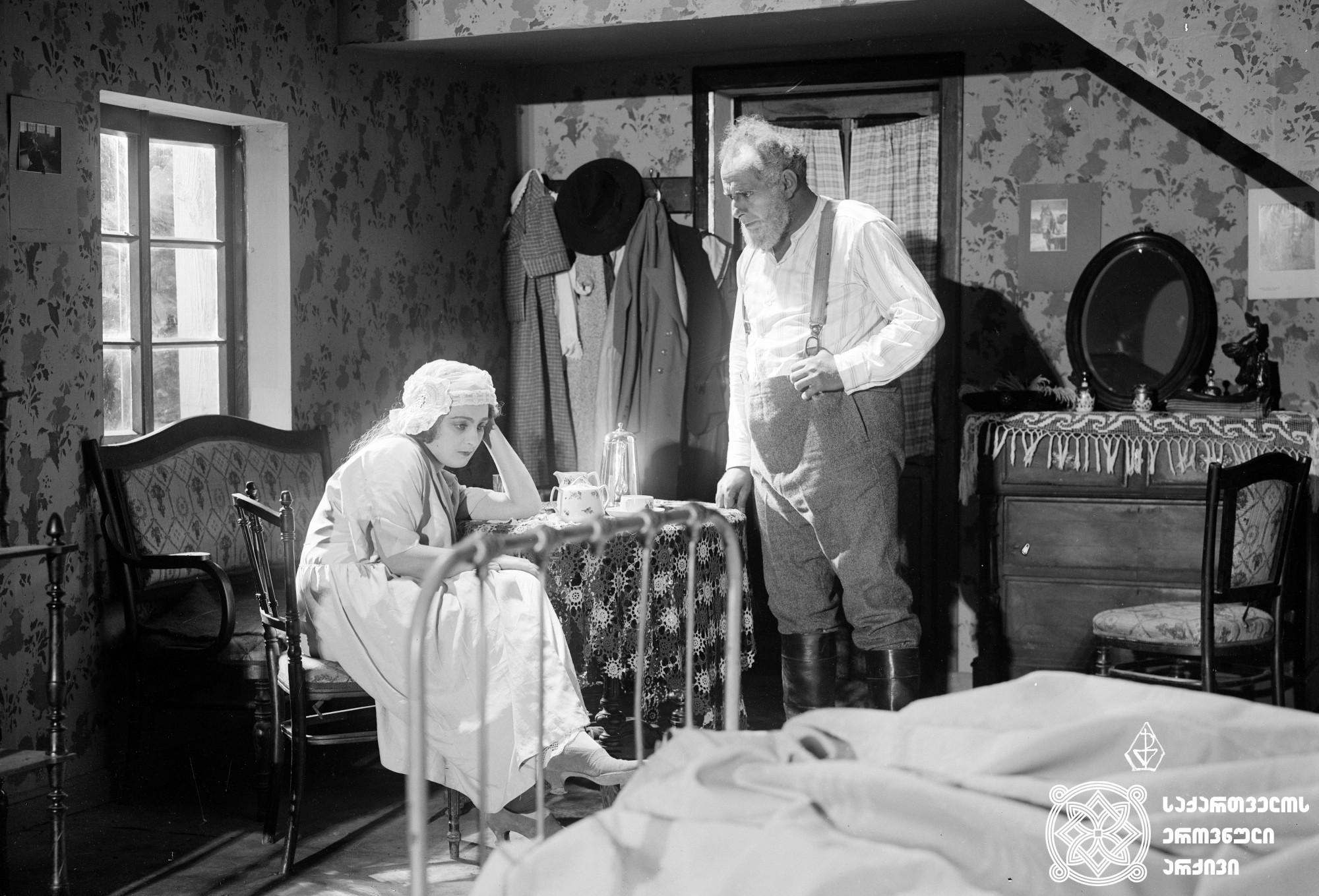 """""""ქალი ბაზრობიდან"""" 1928. <br> რეჟისორი: გიორგი მაკაროვი. <br> სცენარის ავტორები: გიორგი მაკაროვი, პეტრე მორსკოი, ვიქტორ ენგელსი. ოპერატორი: ვიქტორ ენგელსი. მხატვარი: რობერტ ფედორი. <br>  ფილმი გადაღებულია იუჯინ  ო'ნილის პიესის """"სიყვარული თელებ ქვეშ"""" მიხედვით. <br>  Kali Bazrobidan (Woman from Bazar). 1928. <br> Director: Giorgi Makarov. <br> Screenwriters: Giorgi Makarov, Petre Morskoy, Victor Engels.  Camera operator: Victor Engels. Production designer: Robert Fedor. <br>  Film is shot according to Eugene O'Neill's play Desire Under the Elms."""