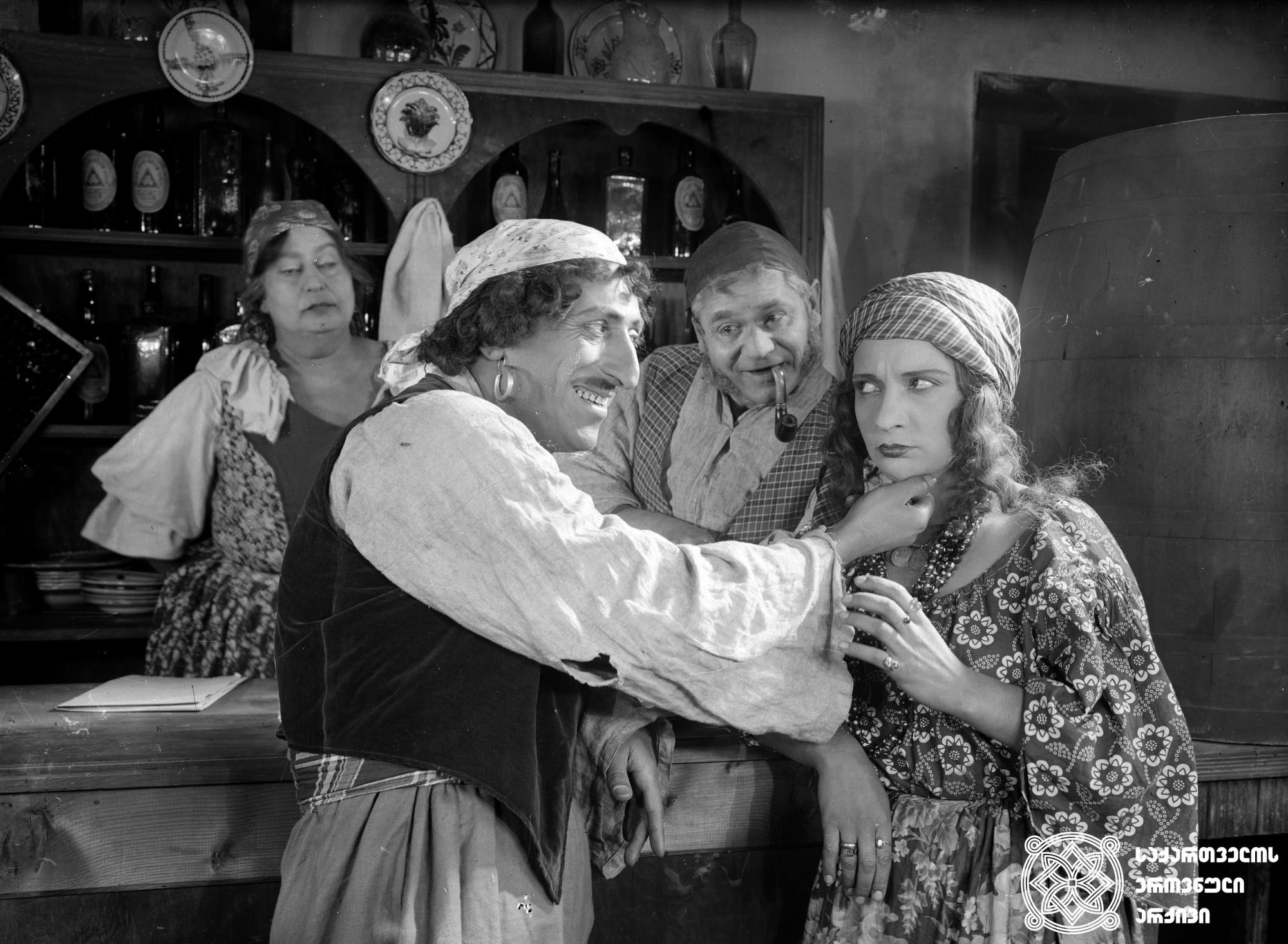 """""""ბოშური სისხლი"""". 1928. რეჟისორი: ლევ პუში. <br> სცენარის ავტორები: პეტრე მორსკოი, ალექსანდრე თაყაიშვილი, მიხეილ კალატოზიშვილი. ოპერატორები: ალექსანდრე გალპერინი, მიხეილ კალატოზიშვილი მხატვარი: მიხეილ შავიშვილი. <br>  ფილმი გადაღებულია კონსტანტინე ბერკოვიჩის ამავე სახელწოდების მოთხრობის მიხედვით. <br> ფოტოზე: ცენტრში ალექსანდრე თაყაიშვილი. <br>  Boshuri Siskhli (Gypsy Blood). 1928. <br>  Director: Lev Push. <br> Screenwriter: Petre Morskoy, Aleksandre Takaishvili, Mikheil Kaltozishvili. Camera operator: Alexander Galperin, Mikheil Kalatozishvili. Production designer: Mikheil Shavishvili. <br>  Film is shot  according to Konstantin Berkovich's story of the same name. <br>  On the photo: in the middle Aleksandre Takaishvili."""