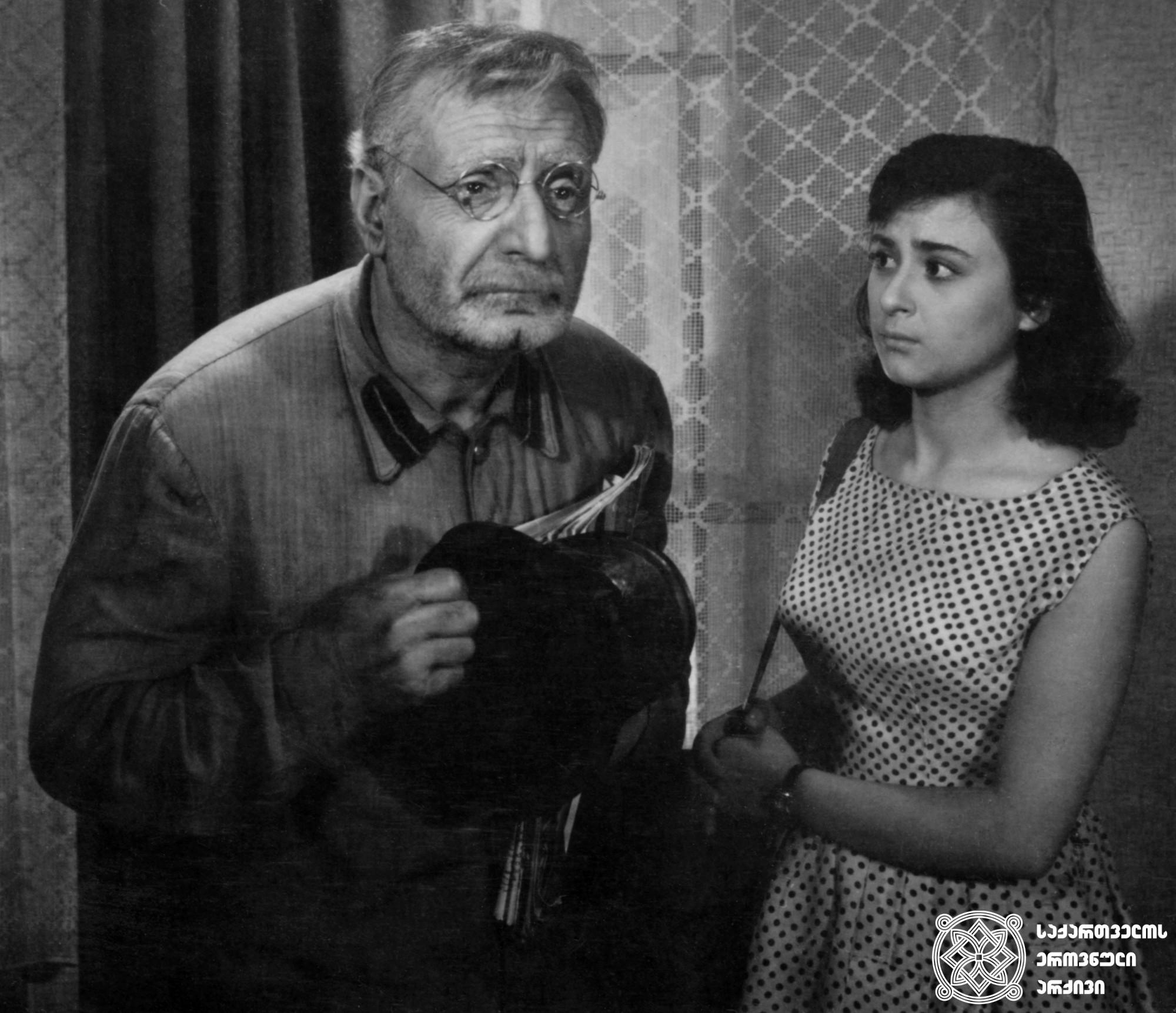 """მხატვრული ფილმი """"დღე უკანასკნელი, დღე პირველი"""", სერგო ზაქარიძე და ბელა მირიანაშვილი გადასაღებ მოედანზე. <br> რეჟისორი: სიკო დოლიძე. <br> 1959. <br>  Feature film """"Last Day, First Day"""", Sergo Zakariadze and Bela Mirianashvili on the filming location. <br> Director: Siko Dolidze. <br> 1959."""