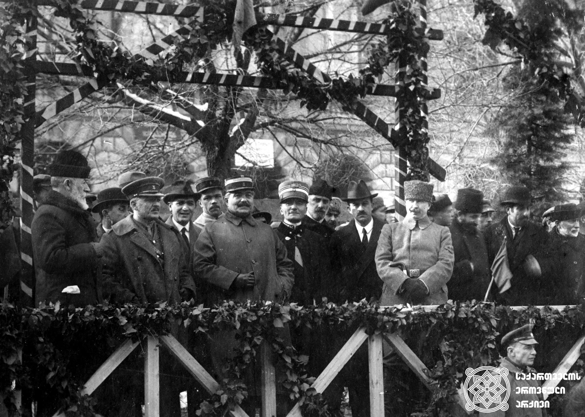 საქართველოს რესპუბლიკის დამოუკიდებლობის დე იურედ აღიარებისადმი მიძღვნილი ზეიმი თბილისში. ტრიბუნაზე არიან საქართველოს მთავრობისა და დამფუძნებელი კრების წევრები უცხოეთის დიპლომატიური მისიების წარმომადგენლებთან ერთად. <br> 1921 წლის 6 თებერვალი. <br> Celebration dedicated to the de jure recognition of the independence of the Republic of Georgia in Tbilisi. Members of the Government of Georgia and the Constituent Assembly together with the representatives of foreign diplomatic missions. <br> February 6, 1921.