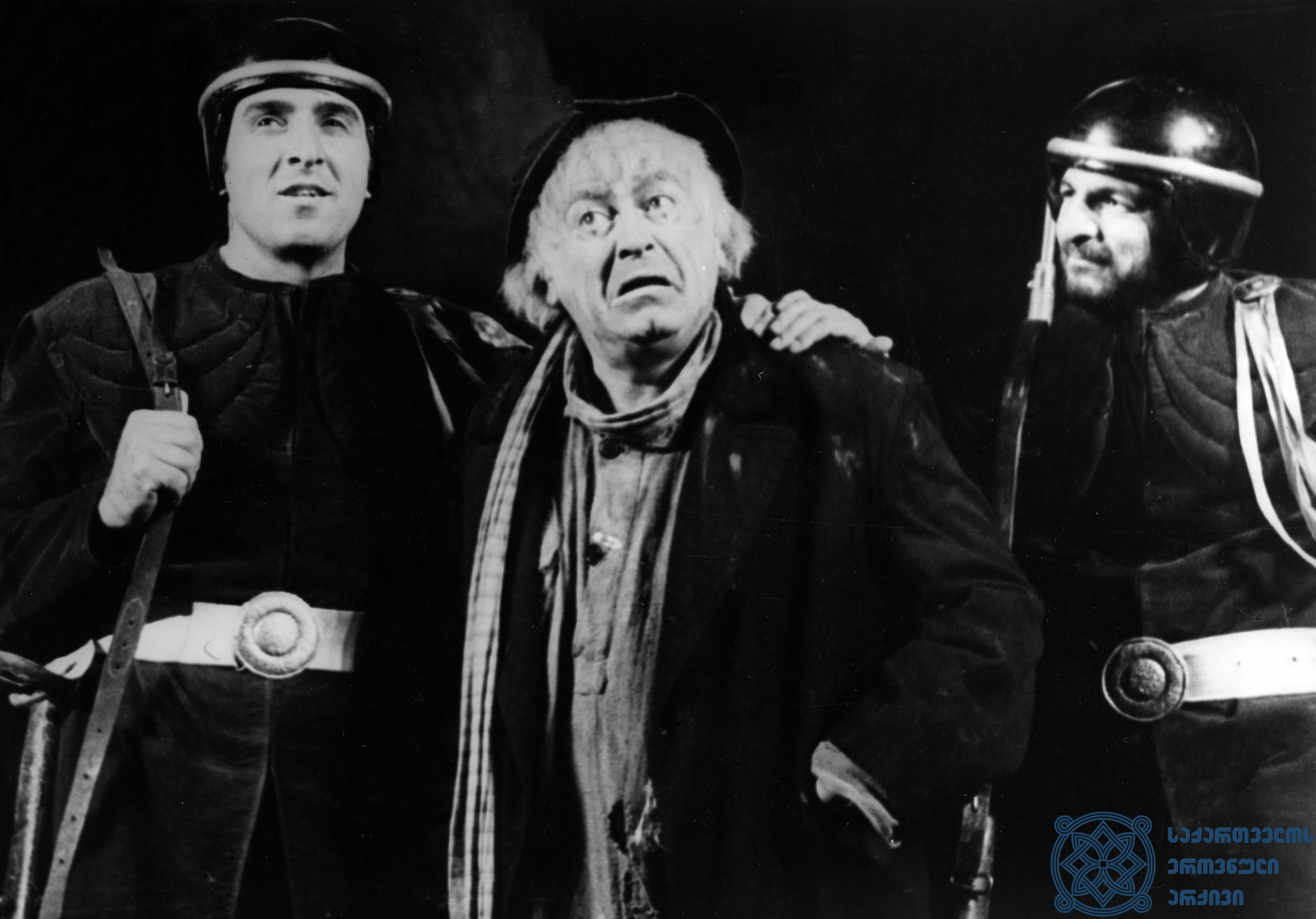"""რუსთაველის სახელობის აკადემიური თეატრის სპექტაკლი """"კავკასიური ცარცის წრე"""". აზდაკი – რამაზ ჩხიკვაძე; ჯემალ ღაღანიძე, როლანდ მიქაბერიძე. <br> 1975 წელი. <br> The Rustaveli Academic Theater performance """"Caucasian Chalk Circle"""". <br> Ramaz Chkhikvadze as Azdaki; Jemal Ghaganidze, Roland Mikaberidze. <br> 1975."""