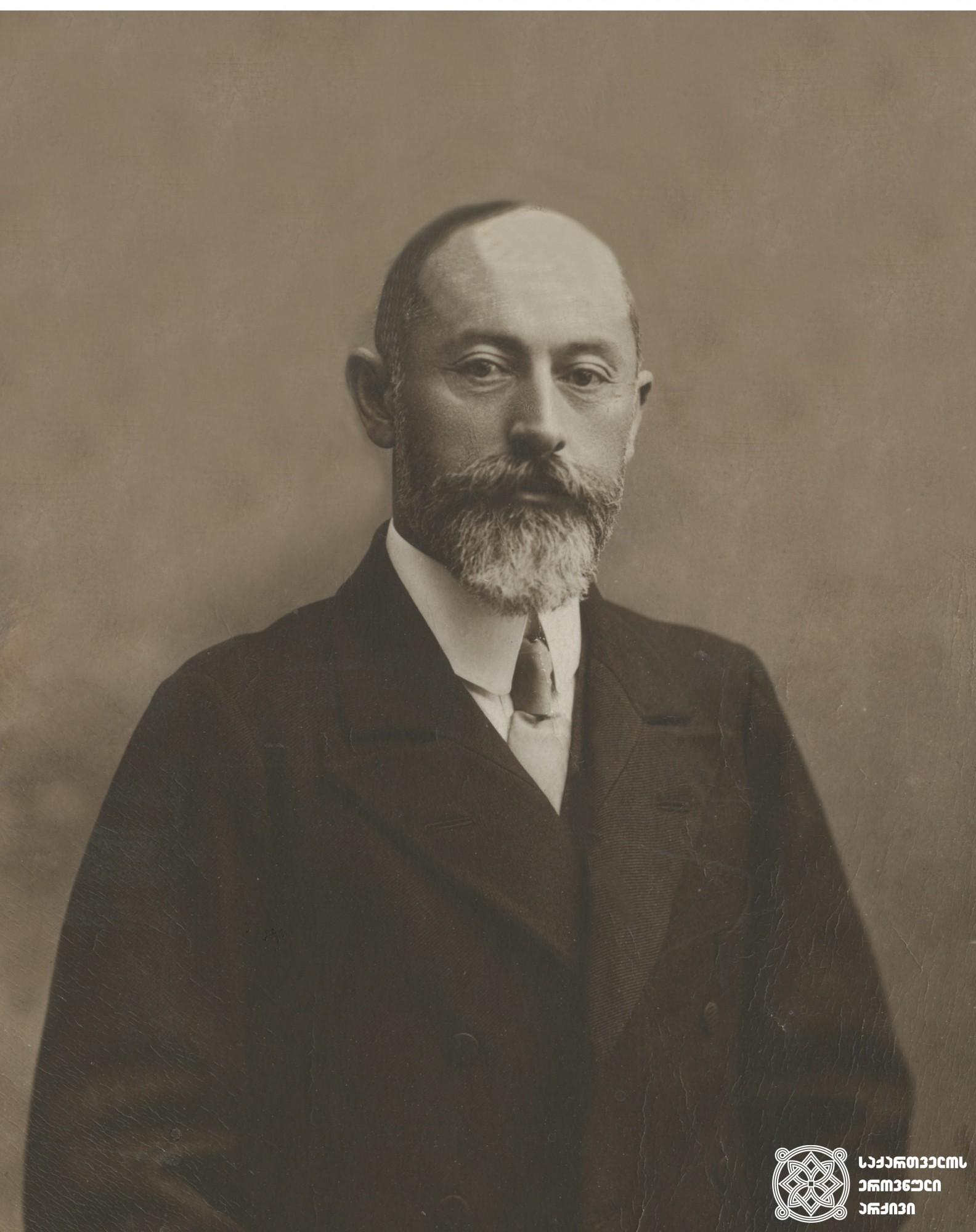 ამერიკავკასიის სეიმის წევრი, საქართველოს ეროვნული საბჭოს თავმჯდომარე  და ქართველ სოციალ-დემოკრატთა ლიდერი ნოე ჟორდანია. <br> Noe Zhordania, head of the National Council of Georgia, leader of the Georgian Social-Democrats.