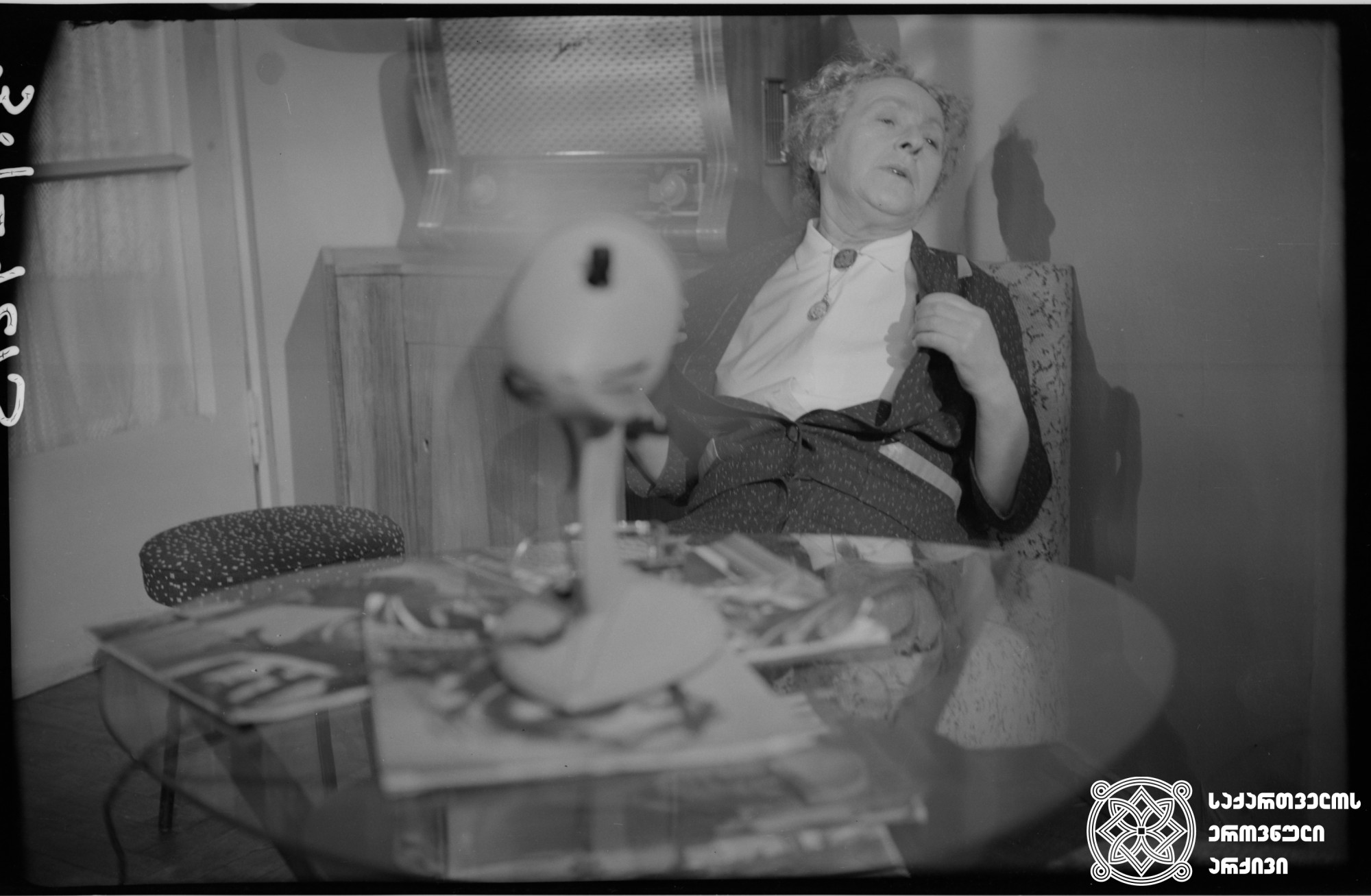 """მხატვრული ფილმი """"თოჯინები იცინიან"""", მსახიობი  სესილია თაყაიშვილი გადასაღებ მოედანზე  რეჟისორი: ნიკოლოზ სანიშვილი 1962  Feature film """"Toys are Laughing"""", actress Sesilia Takaishvili on the filming location  Director: Nikoloz Sanishvili 1962"""
