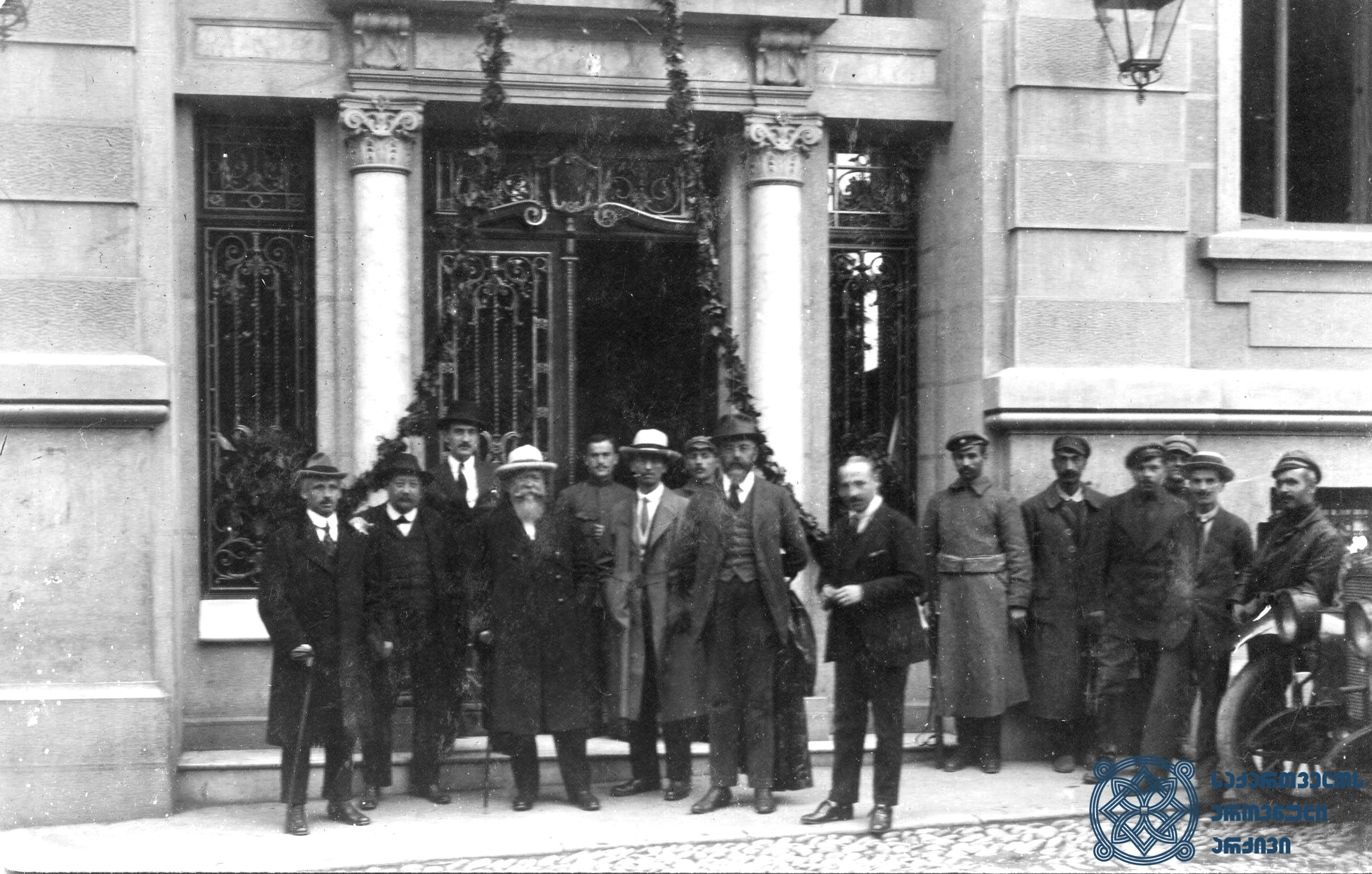 მეორე სოციალისტური ინტერნაციონალის დელეგაცია თბილისის ქუჩებში. 1920 წლის სექტემბერი. <br> Delegation of the Second Socialist International in the streets of Tbilisi. September 1920.
