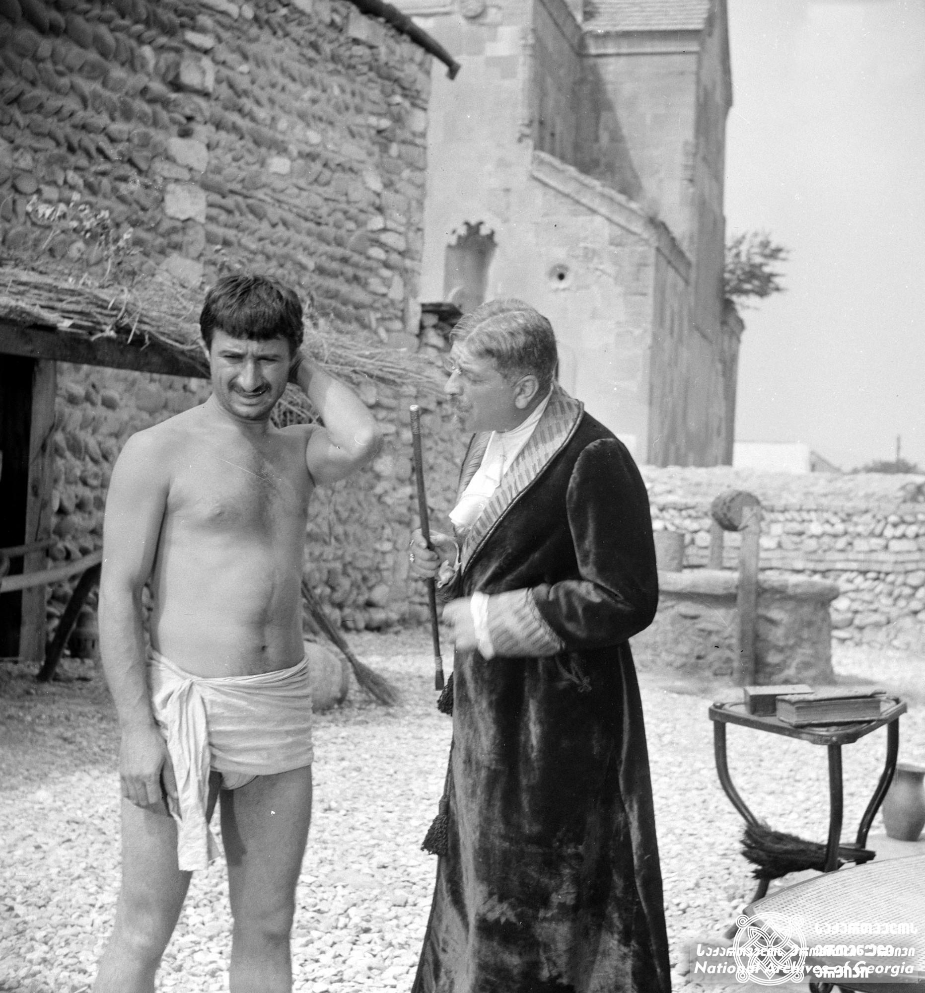"""მხატვრული ფილმი """"ლონდრე"""". გივი ბერიკაშვილი რამაზ ჩხიკვაძე გადასაღებ მოედანზე. <br> რეჟისორი: თამაზ მელიავა.  <br> 1966. <br>  Feature film """"Londre"""". Givi berikashvili and Ramaz Chkhikvadze on the filming location. <br> Director: Tamaz Meliava. <br> 1966."""