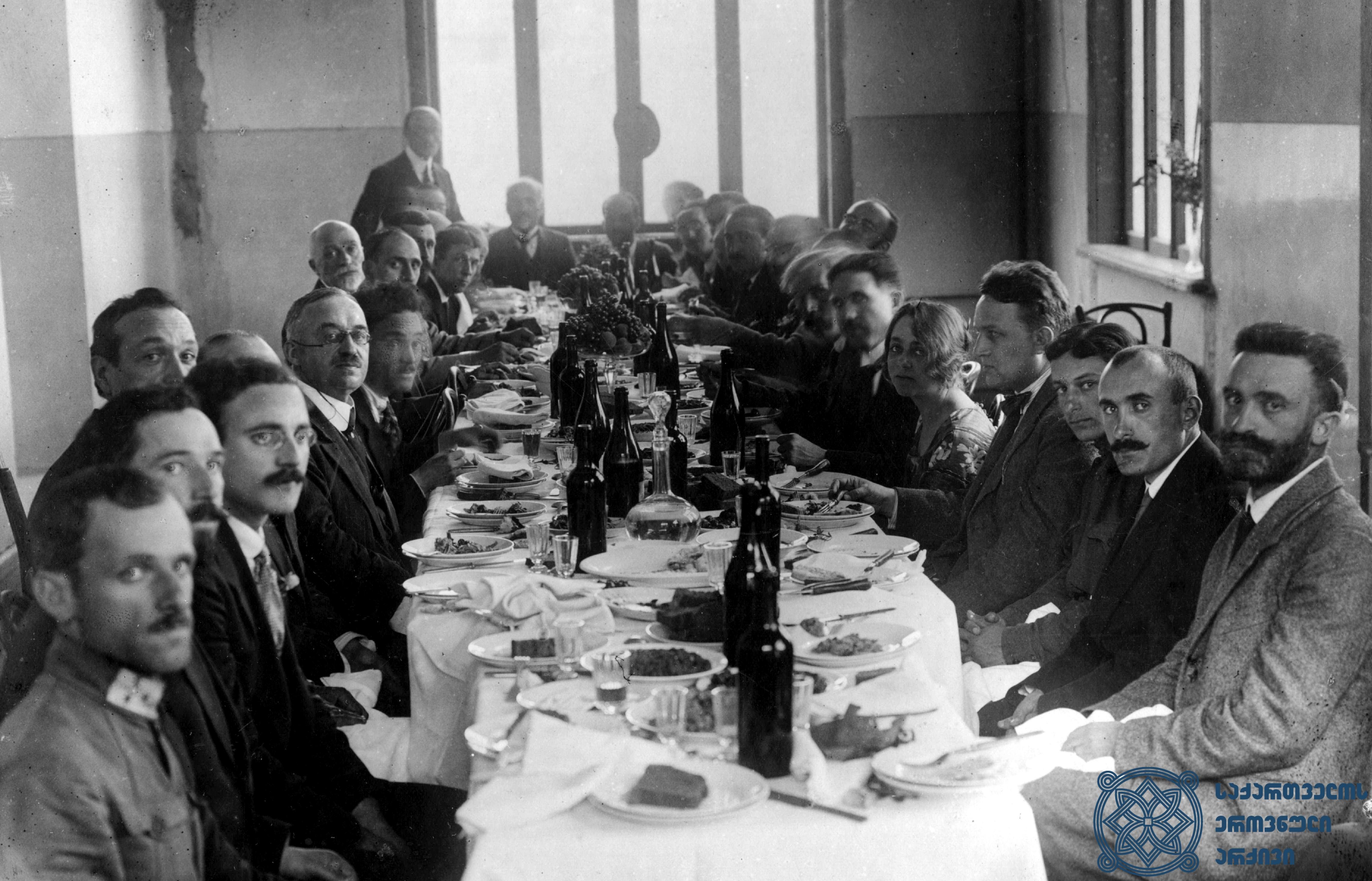 მეორე სოციალისტური ინტერნაციონალის დელეგაციის წევრების პატივსაცემად  გამართული სადილი თბილისში. 1920 წლის სექტემბერი. <br> Dinner in honor of the members of the delegation of the Second Socialist International, held in Tbilisi. September 1920.