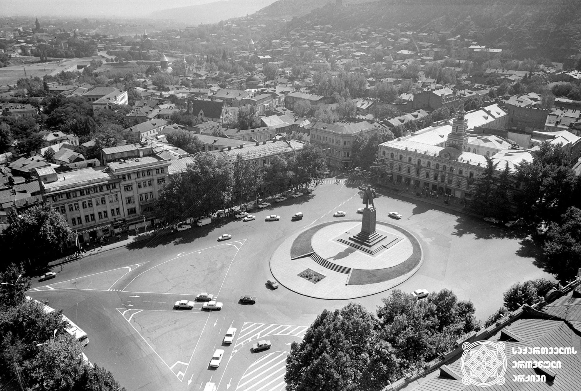 ლენინის მოედნის საერთო ხედი (დღევანდელითავისუფლების მოედანი). თბილისი. <br> ფოტო: ვ. ჩერკასოვი. <br>1946. General view of Lenin Square (Today Freedom Square). Tbilisi. <br> Photo by V. Cherkasov. <br>1946.