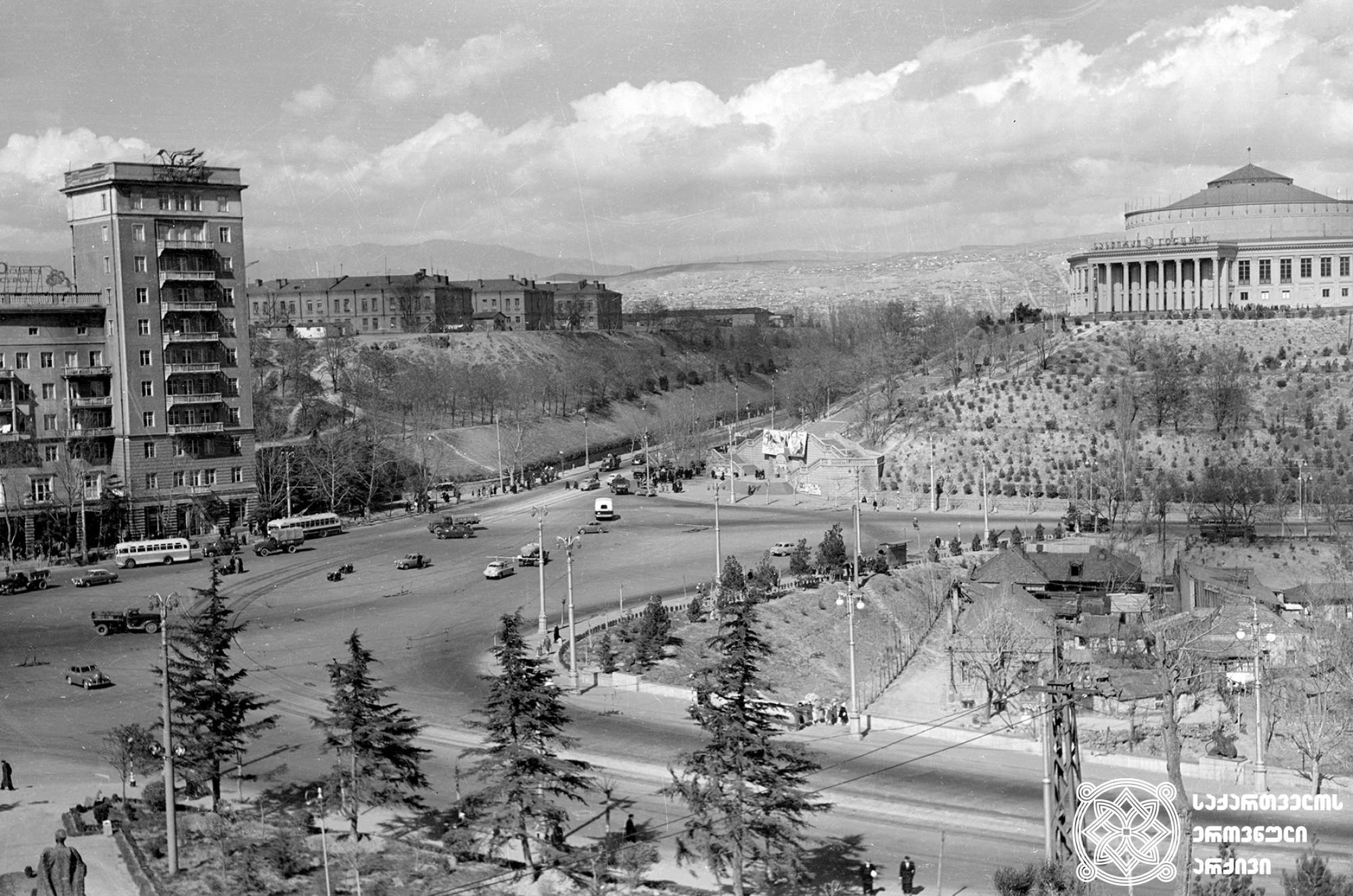 გმირთა მოედანი. საერთო ხედი. თბილისი. <br>ფოტო: დ. სმირნოვი. <br>1959-1960. <br> Heroes' Square. General View. <br> Tbilisi. Photo by D. Smirnov. <br>1959-1960