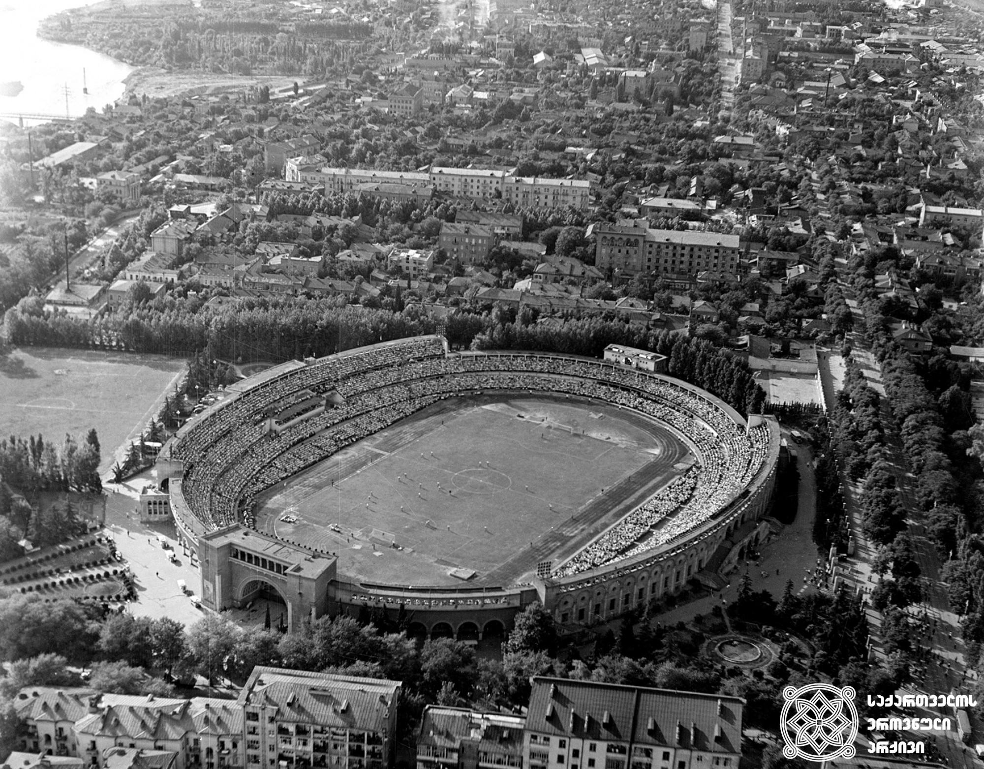 """""""დინამოს"""" სტადიონი თბილისში.<br>ფოტო: სერგო ონანოვი. 1960. <br> Stadium """"Dinamo"""" in Tbilisi. <br> Photo by Sergo Onanov. <br>1960"""