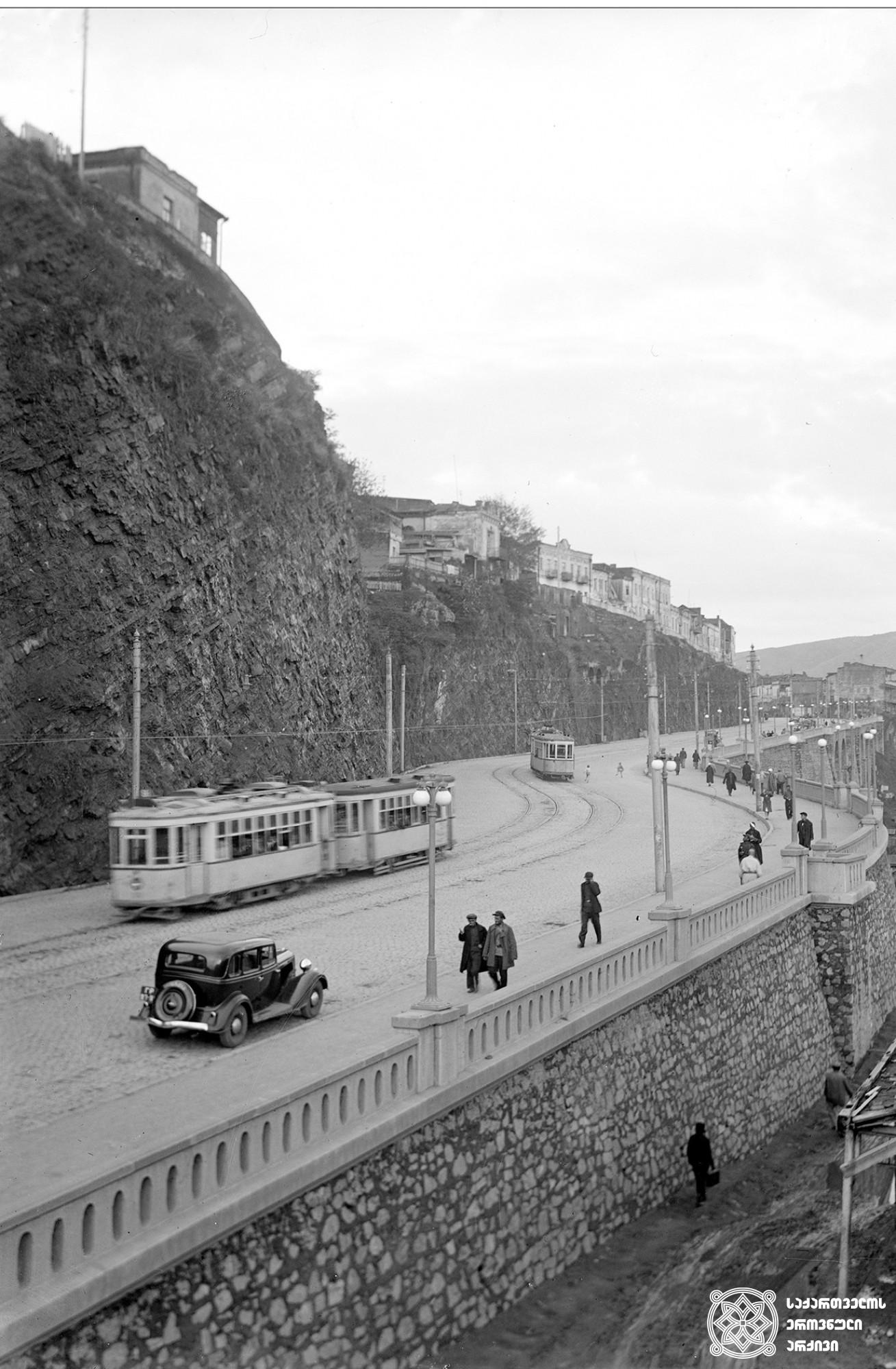 ივან კალიაევის აღმართის ხედი რეკონსტრუქციის შემდეგ (დღევანდელი ბარათაშვილის აღმართი). თბილისი. <br>საქდესის ფოტოქრონიკა. ავტორი უცნობია. <br> 1938. View of Ivan Kaliaev Rise After the Reconstruction (Today Baratashvili Rise). Tbilisi. <br> Telegraph Agency of Georgia's Photography Division. Unknown Photographer. <br>1938