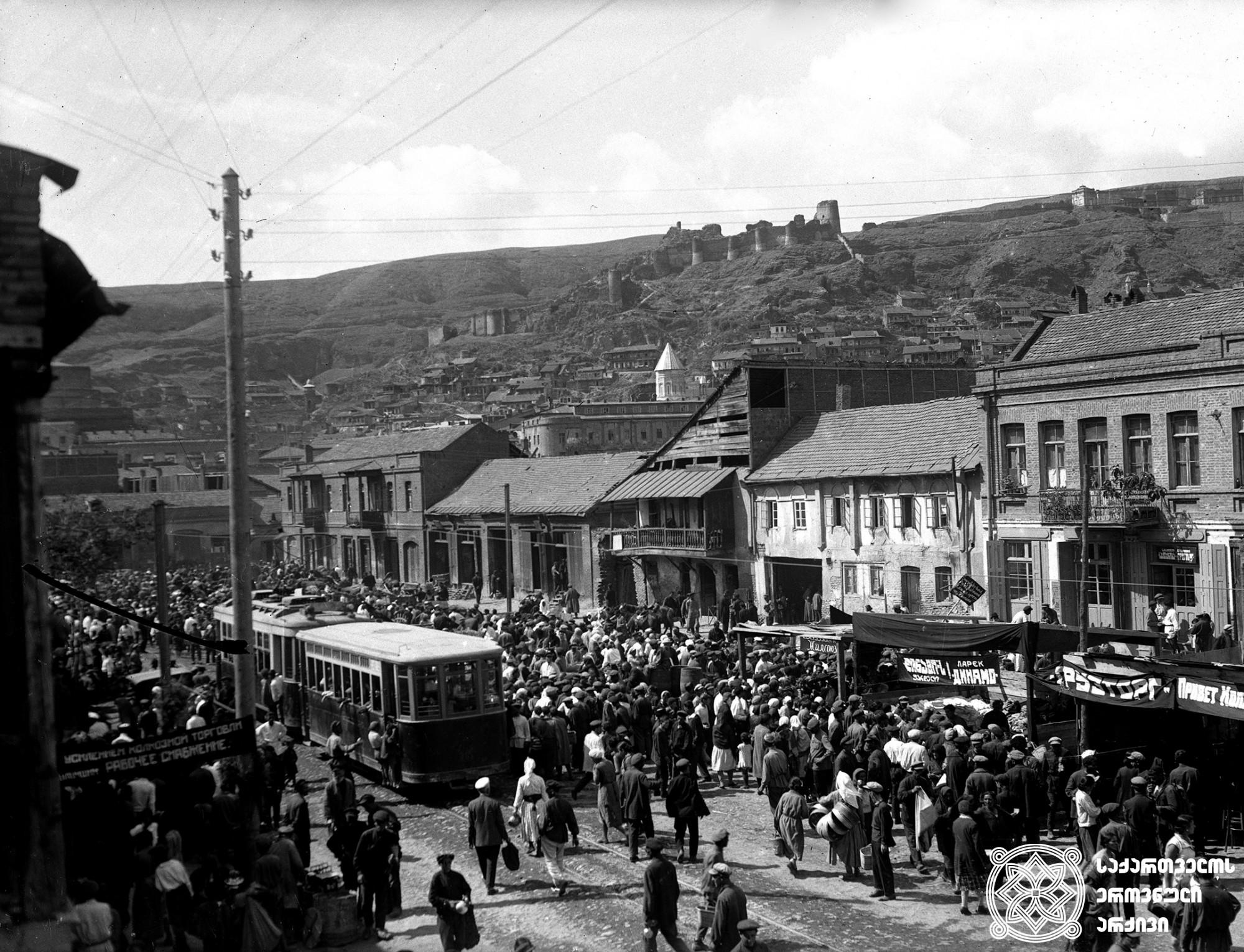 ბაზარი რიყეზე. თბილისი.<br>ფოტო: რუბენ აკოფოვი. <br>1928. <br> Fair on Rike Tbilisi. <br> Photo by Ruben Akopov. <br>1928