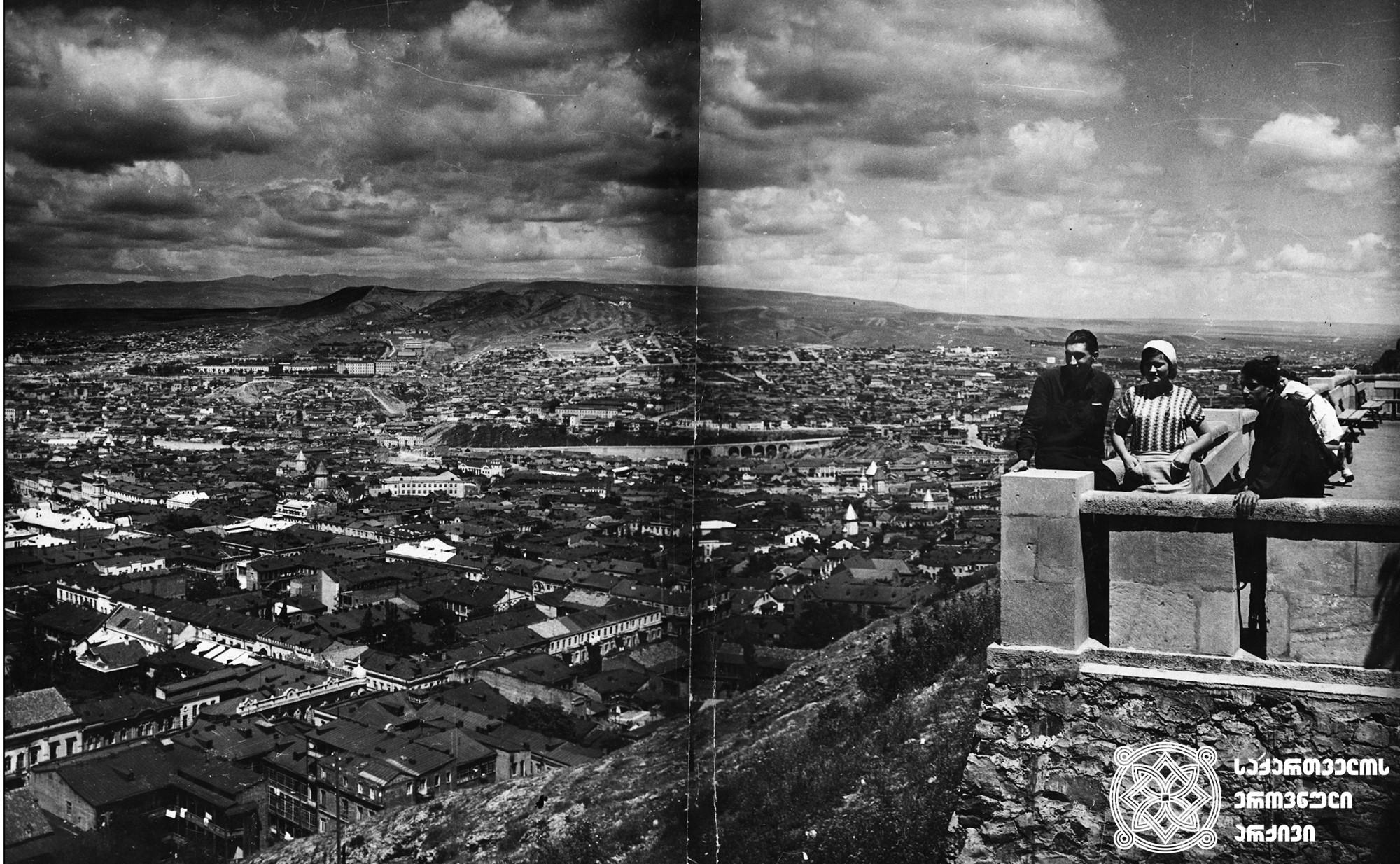 თბილისის ხედი სტალინის სახელობის პარკიდან (დღევანდელი მთაწმინდის პარკი). თბილისი. <br>ფოტო: დ. კოზლოვი. <br>1957. <br>View of Tbilisi from Stalin Park (Today Mtatsminda Park). Tbilisi. <br> Photo by D. Kozlov.<br> 1957