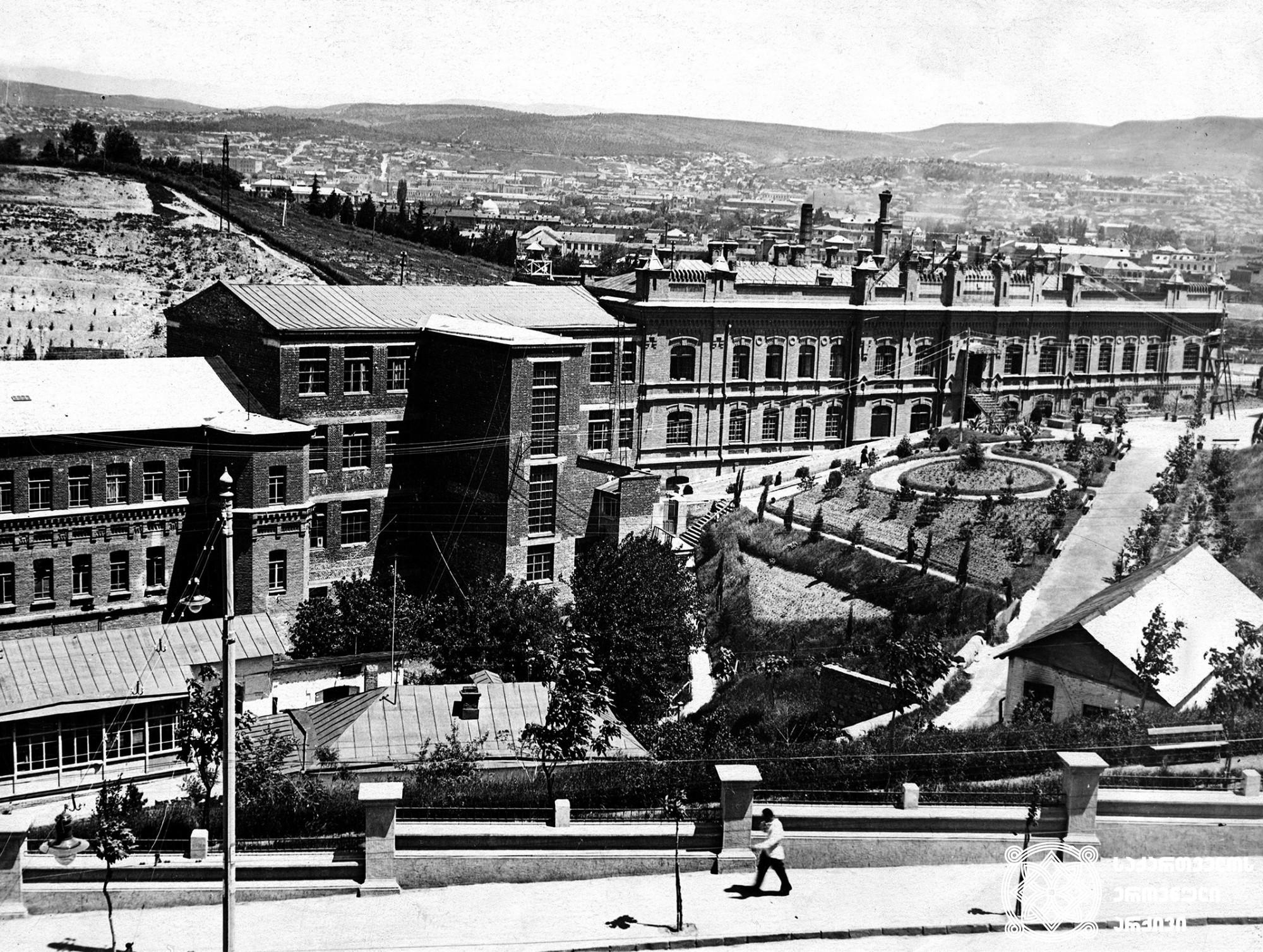 აბრეშუმ-საქსოვი ქარხანა. თბილისი. <br>ავტორი უცნობია [1930-იანი]. <br> Silk-knitting Factory. Tbilisi. <br> Unknown Photographer. [1930s]. <br>
