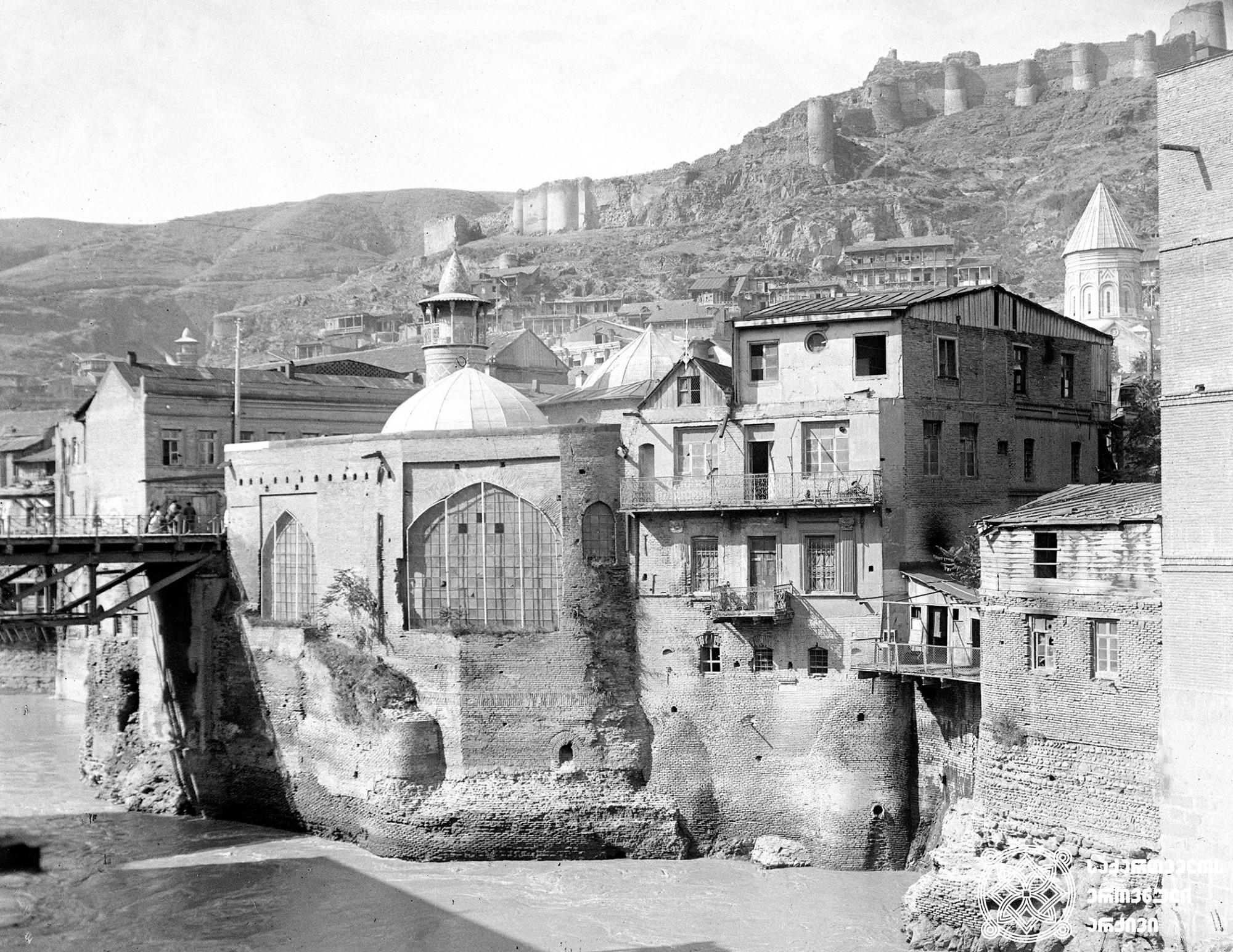 ძველი თბილისი. <br>ნარიყალას და მეჩეთის ხედი. თბილისი.<br> ფოტო: რუბენ აკოფოვი. 1926 <br> Oold Tbilisi. View of Narikala and Mosque. Tbilisi. <br> Photo by: Ruben akopov. 1926<br>