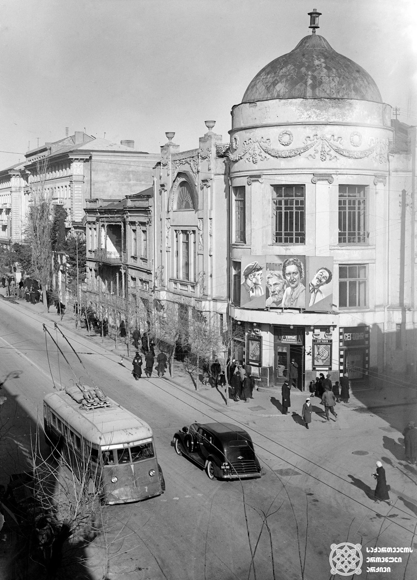 """პლეხანოვის გამზირის ხედი და კინოთეატრი ,,ოქტომბერი"""" (დღევანდელი აღმაშენებლის გამზირი და კინოთეატრი """"აპოლო""""). თბილისი.<br>ფოტო: ვ. ჩერკასოვი. <br>1939 View of Plekhanov Avenue and Cinema """"October"""" (Today Aghmashnebeli Avenue and Cinema """"Apolo""""). Tbilisi. <br> Photo by V. Cherkasov. <br>1939"""