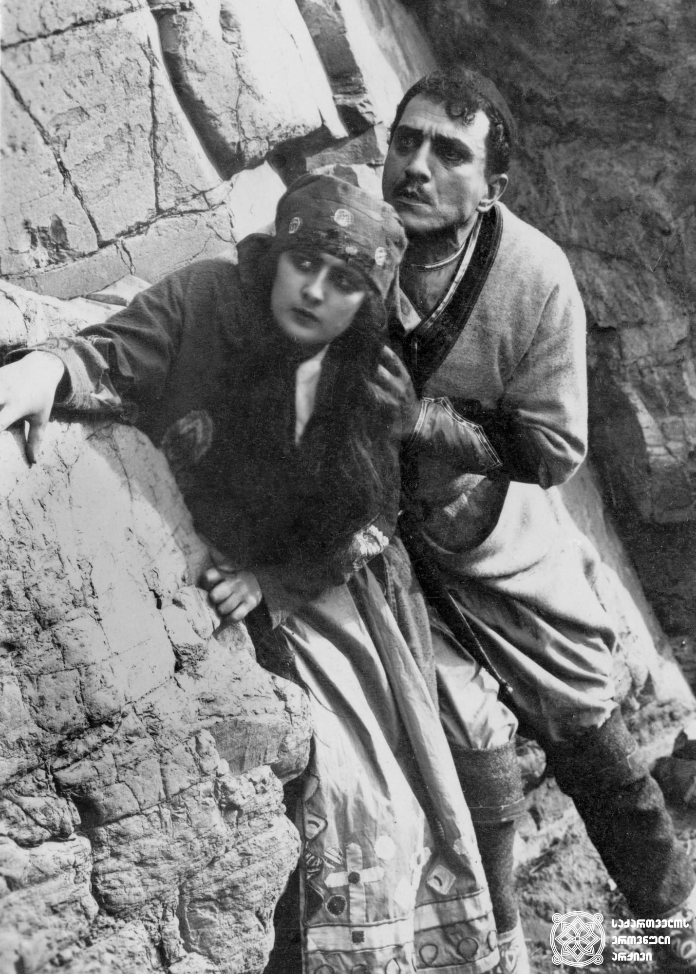 """მხატვრული ფილმი """"მამის მკვლელი"""", ნატო ვაჩნაძე და ვანო სარაჯიშვილი გადასაღებ მოედანზე. <br> რეჟისორი: ამო ბეკ-ნაზაროვი. <br> 1923.<br>  Feature film """"Father's Assassin"""". Nato Vachnadze and Vano Sarajishvili on the filming location. <br> Director: Amy Beck-Nazarov. <br> 1923."""