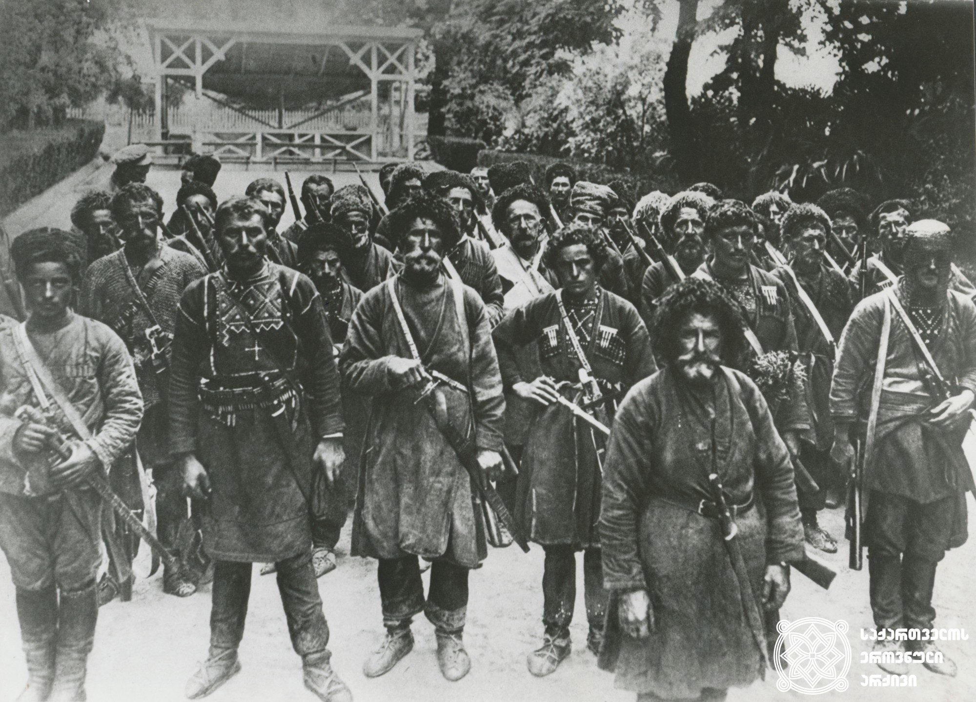 საქართველოს მაღალმთიანი კუთხის, დიდი საომარი ტრადიციის მქონე ხევსურეთის, მოსახლეობა საქართველოს პირველი რესპუბლიკის ომებში ყოველთვის მონაწილეობდა. რუსეთ-საქართველოს 1921 წლის ომში 100-მდე ხევსური იბრძოდა წითელი არმიის წინააღმდეგ. <br>  1918-1921 წლები.  <br> The inhabitants of Khevsureti, a mountainous region of Georgia with a long military tradition, have always participated in the wars of the First Republic of Georgia. During the Russian-Georgian war of 1921, about 100 Khevsurians fought against the Red Army.  <br> 1918-1921.