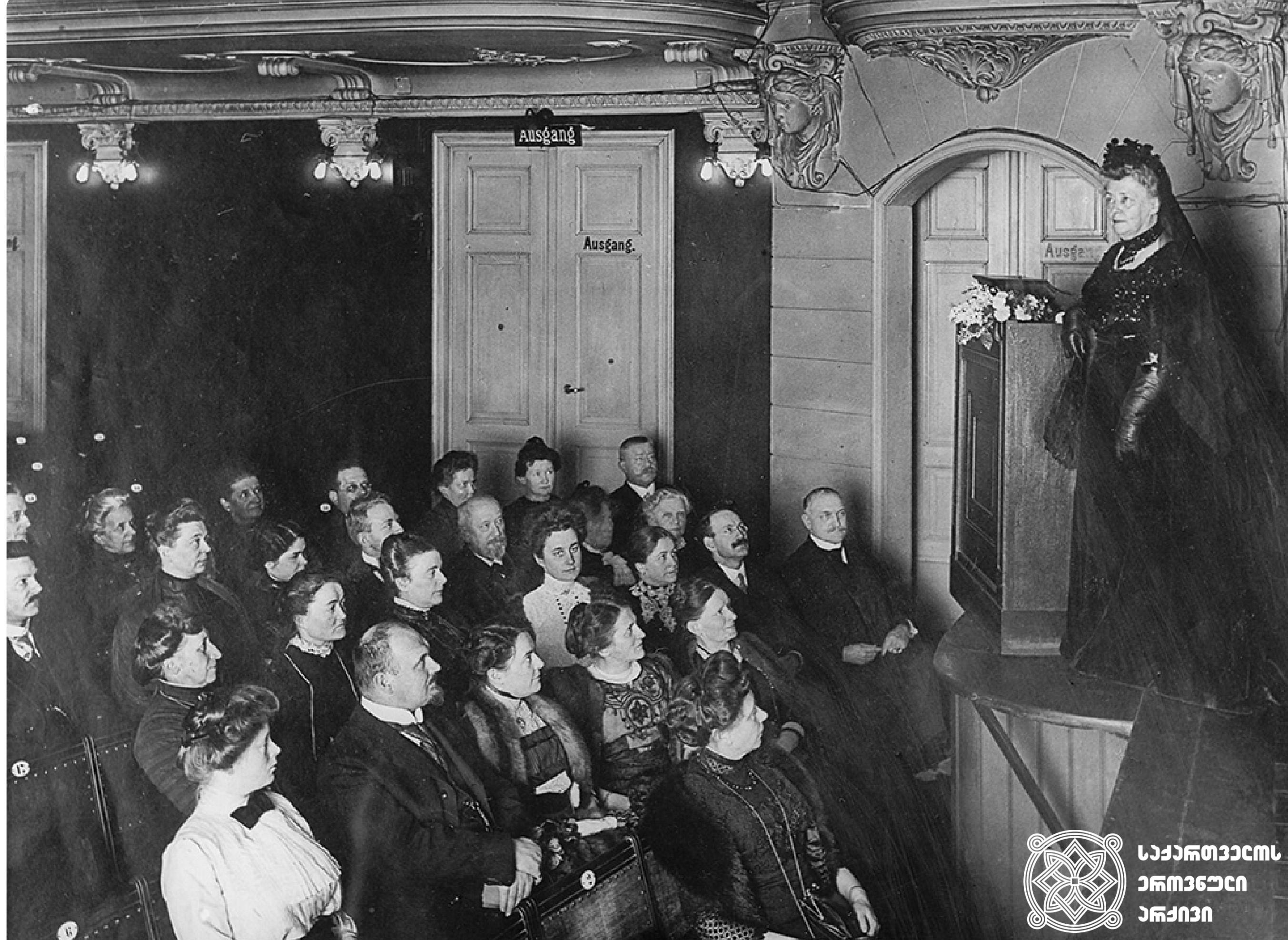 ბერტა ფონ ზუტნერი სიტყვით მშვიდობის შესახებ გამოსვლისას. ბერლინი, 1913 <br> Bertha Von Suttner giving a speech on pacifism, Berlin, Germany, 1913,
