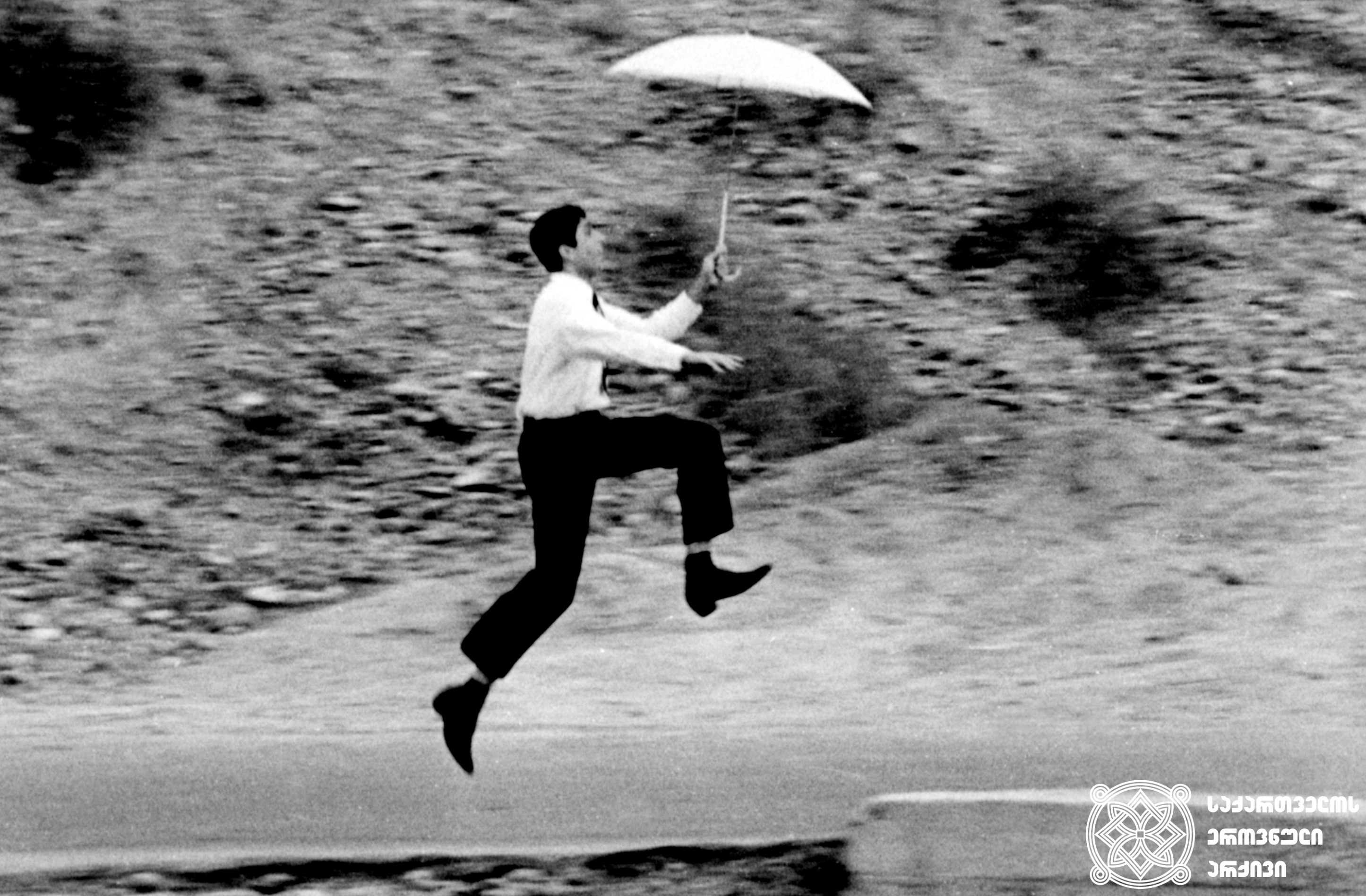 """მხატვრული ფილმი """"ქოლგა"""", მსახიობი რამაზ გიორგობიანი გადასაღებ მოედანზე.  <br>რეჟისორი: მიხეილ კობახიძე. 1967  <br>  Feature film """"Umbrella"""", actor Ramaz Giorgobiani on the filming location.  <br>Director: Mikheil Kobakhidze. 1967"""