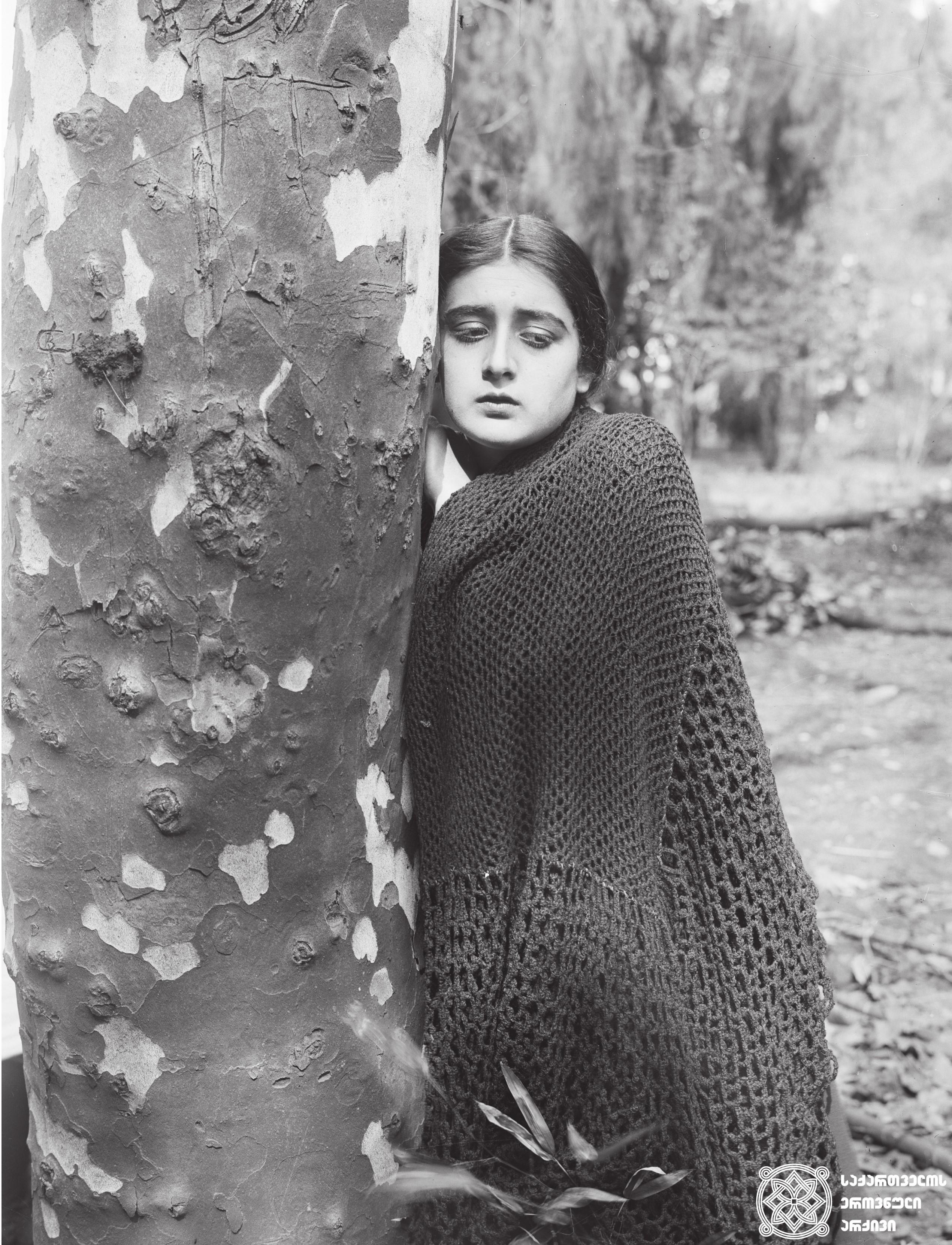 """მხატვრული ფილმი """"ტარიელ მკლავაძის მკვლელობის საქმე"""", მსახიობი ნატო ვაჩნაძე გადასაღებ მოედანზე.  <br>რეჟისორი: ივანე პერესტიანი. 1925 <br> Feature film """"Pirosmani"""", actress Nato Vachnadze on the filming location.  <br>Director: Ivane Perestian. 1925"""