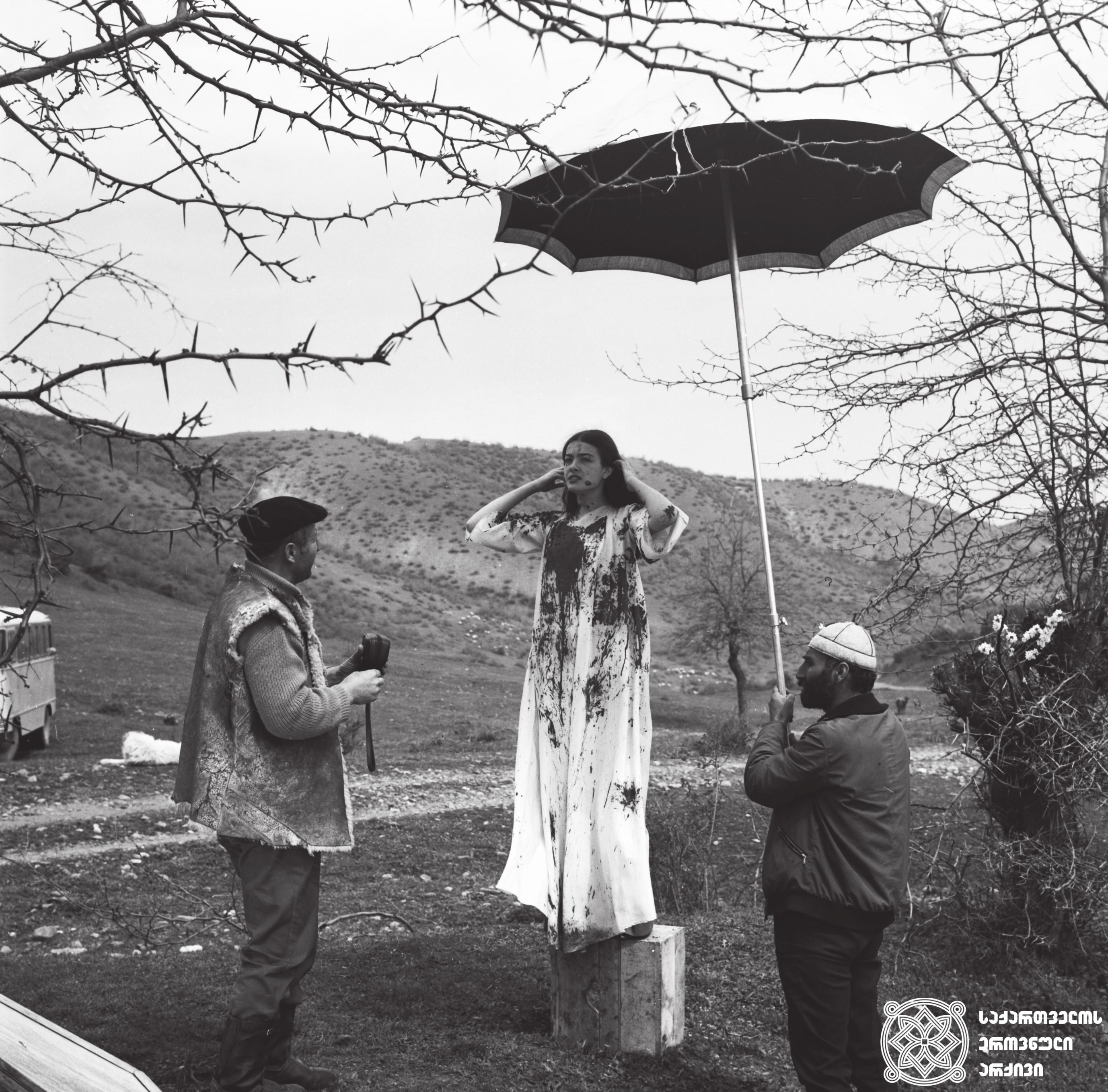 """მხატვრული ფილმი """"ნატვრის ხე"""", მსახიობი ლიკა ქავჟარაძე გადასაღებ მოედანზე. <br> რეჟისორი: თენგიზ აბულაძე. 1976  <br> Feature film """"Tree of Desire"""", actress Lika Kavzharadze on the filming location.  <br>Director: Tengiz Abuladze. 1976"""