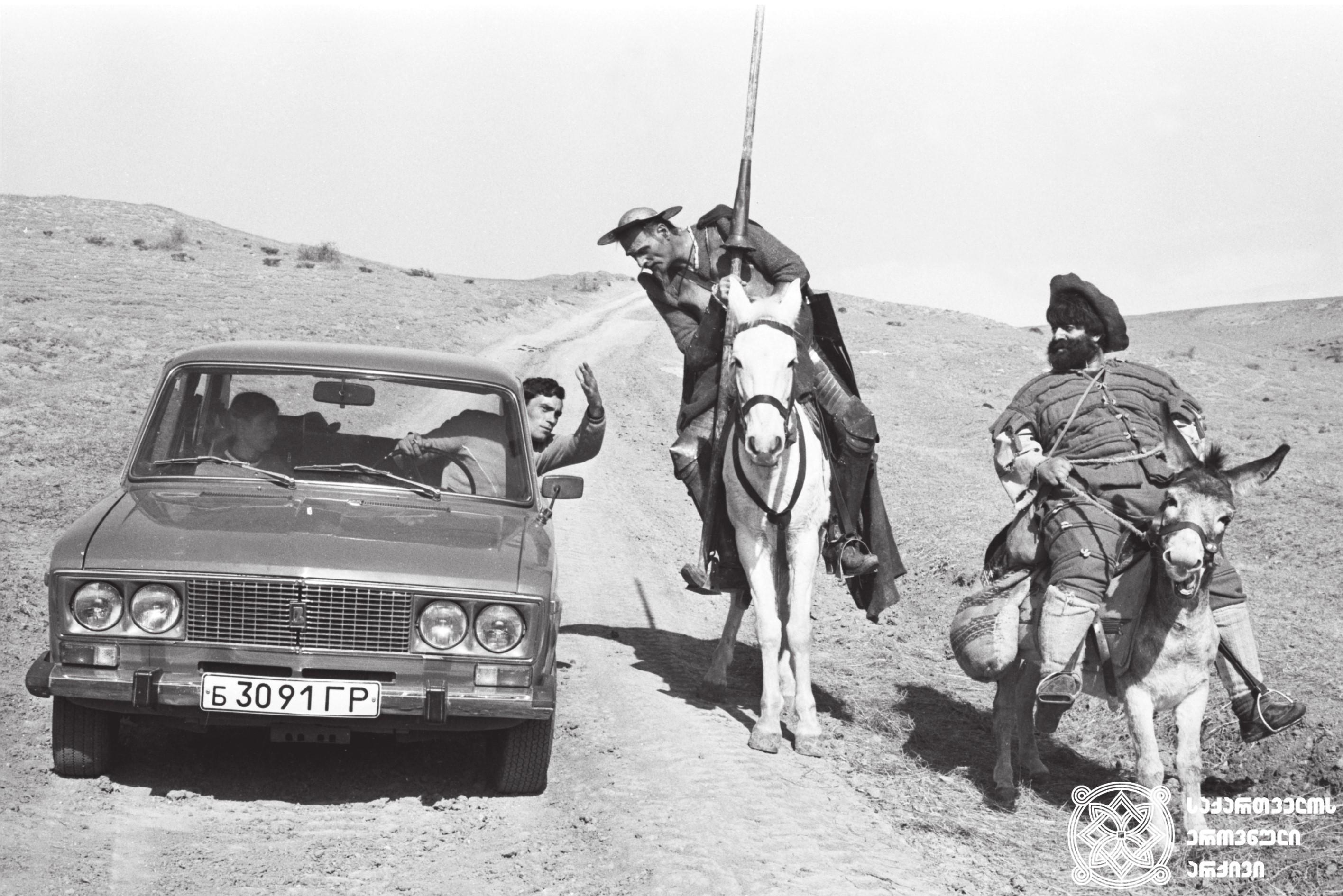 """მხატვრული ფილმი """"ცხოვრება დონ კიხოტისა და სანჩოსი"""", მსახიობები: კახი კავსაძე და მამუკა კიკალეიშვილი გადასაღებ მოედანზე.  <br>რეჟისორი: რევაზ ჩხეიძე.  1989 <br> Feature film """"Life of Don Quixote and Sancho"""", actors: Kakhi Kavsadze and Mamuka Kikaleishvili on the filming location.  <br>Director: Revaz Chkheidze.  1989"""