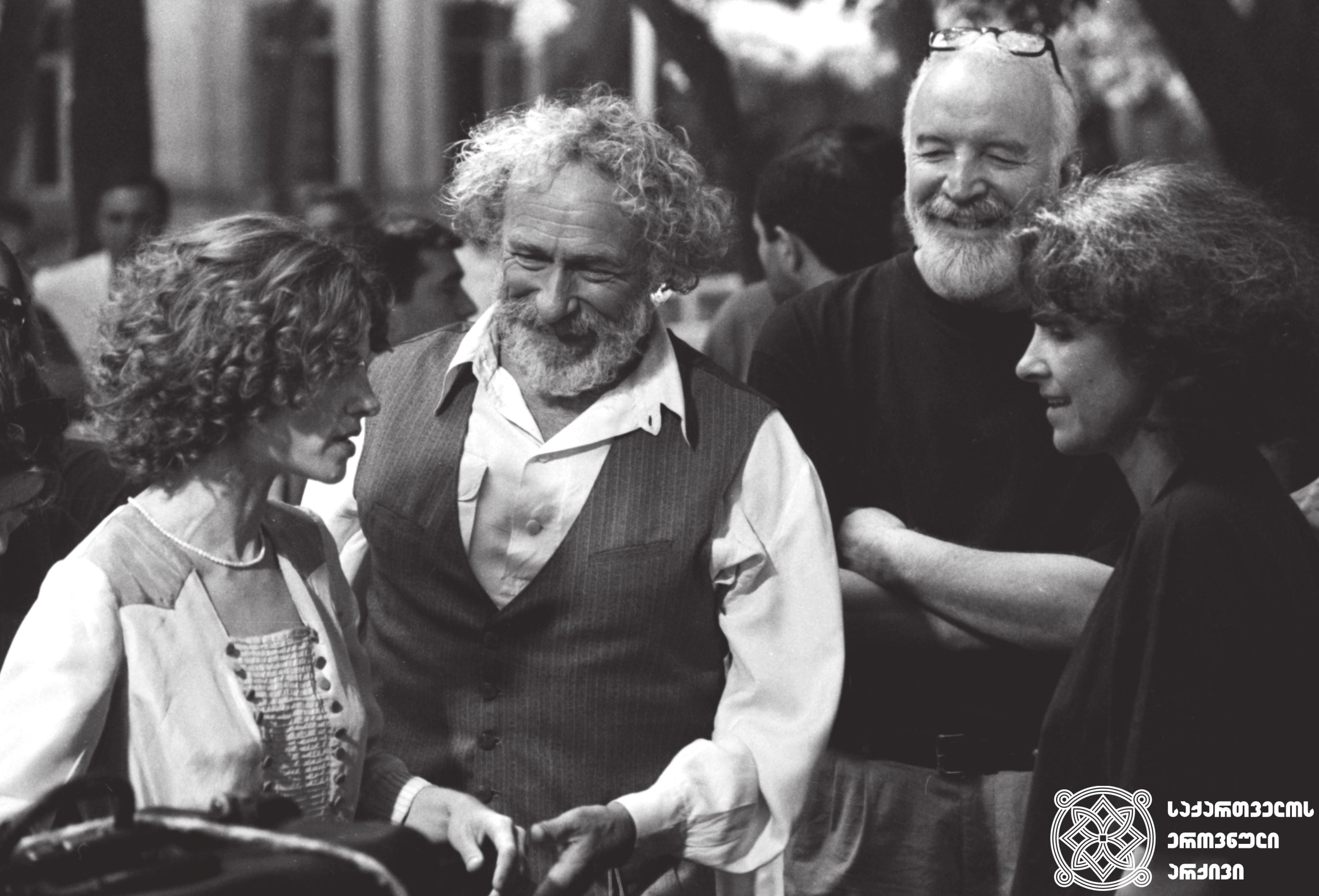 """მხატვრული ფილმი """"შეყვარებული კულინარის 1001 რეცეპტი"""", რეჟისორი ნანა ჯორჯაძე და მსახიობები: პიერ რიშარი და ნინო კირთაძე გადასაღებ მოედანზე.  <br>1996  <br> Feature film """"A Chef in Love"""", director Nana Jorjadze, actors: Pierre Richard and Nino Kirtadze on the filming location.  <br> 1996"""