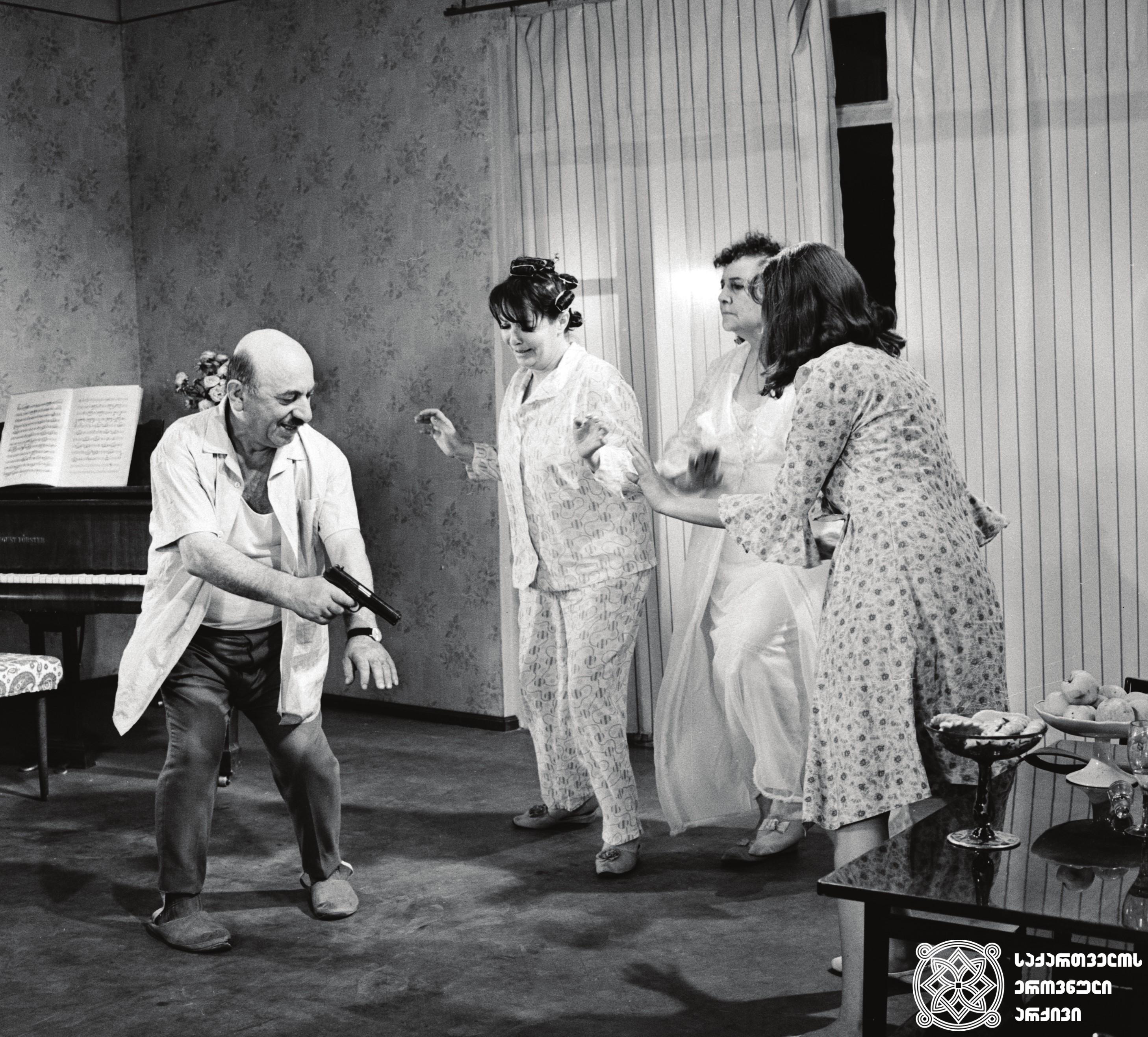 """მხატვრული ფილმი """"მხიარული რომანი"""", მსახიობი იპოლიტე ხვიჩია გადასაღებ მოედანზე.  <br>რეჟისორი: ლევან ხოტივარი. 1972  <br> Feature film """"Happy Romance"""", actor Ipolite Khvichia on the filming location.  <br>Director: Levan Khotivari. 1972"""
