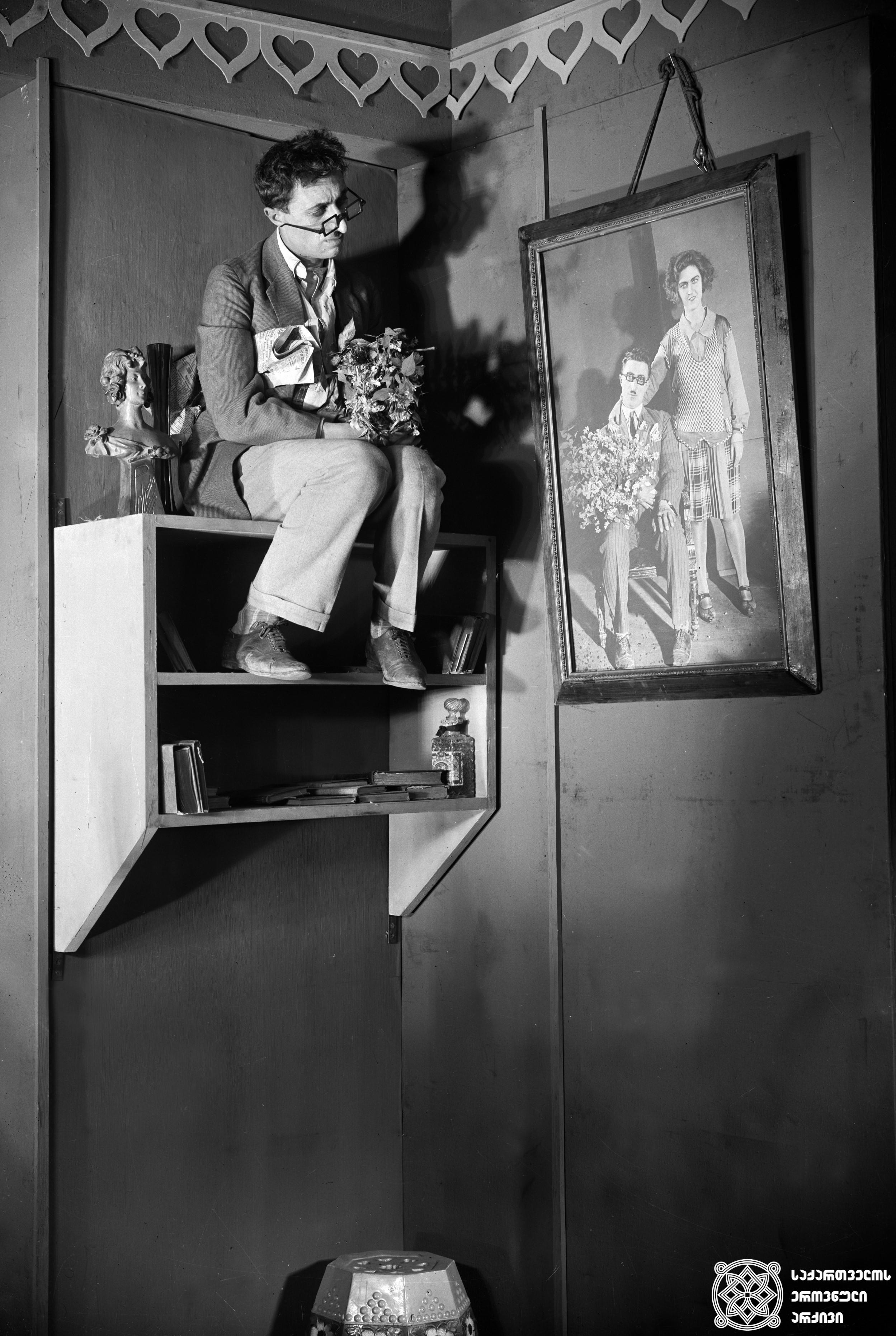 """მხატვრული ფილმი """"ჩემი ბებია"""", მსახიობი ალექსანდრე თაყაიშვილი გადასაღებ მოედანზე.  <br>რეჟისორი: კოტე მიქაბერიძე, 1929  <br> Feature film """"My Grandmother"""", actor Aleksandre Takaishvili on the filming location.  <br>Director: Kote Mikaberidze, 1929"""