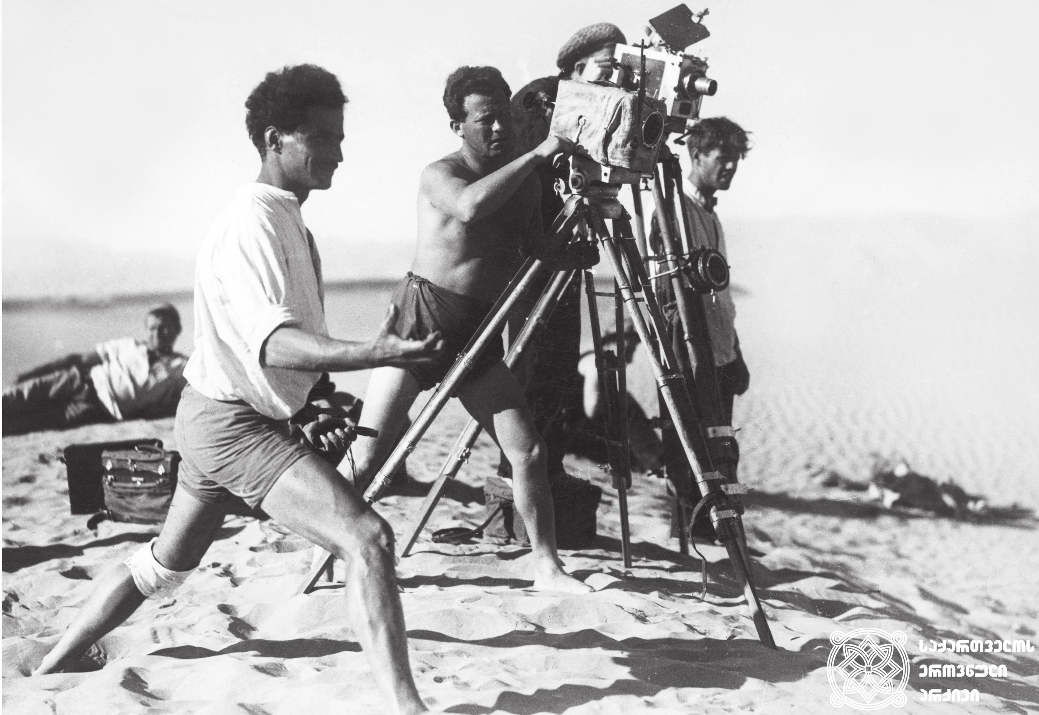 """მხატვრული ფილმი """"26 ბაქოელი კომისარი"""", გადასაღები მოედანი.  <br>რეჟისორი: ნიკოლოზ შენგელაია (წინა პლანზე).  <br>1932 <br> Feature film """"26 Baku Commissars"""", filming location. <br>Director Nikoloz Shengelaia (on the foreground).  <br>1932"""