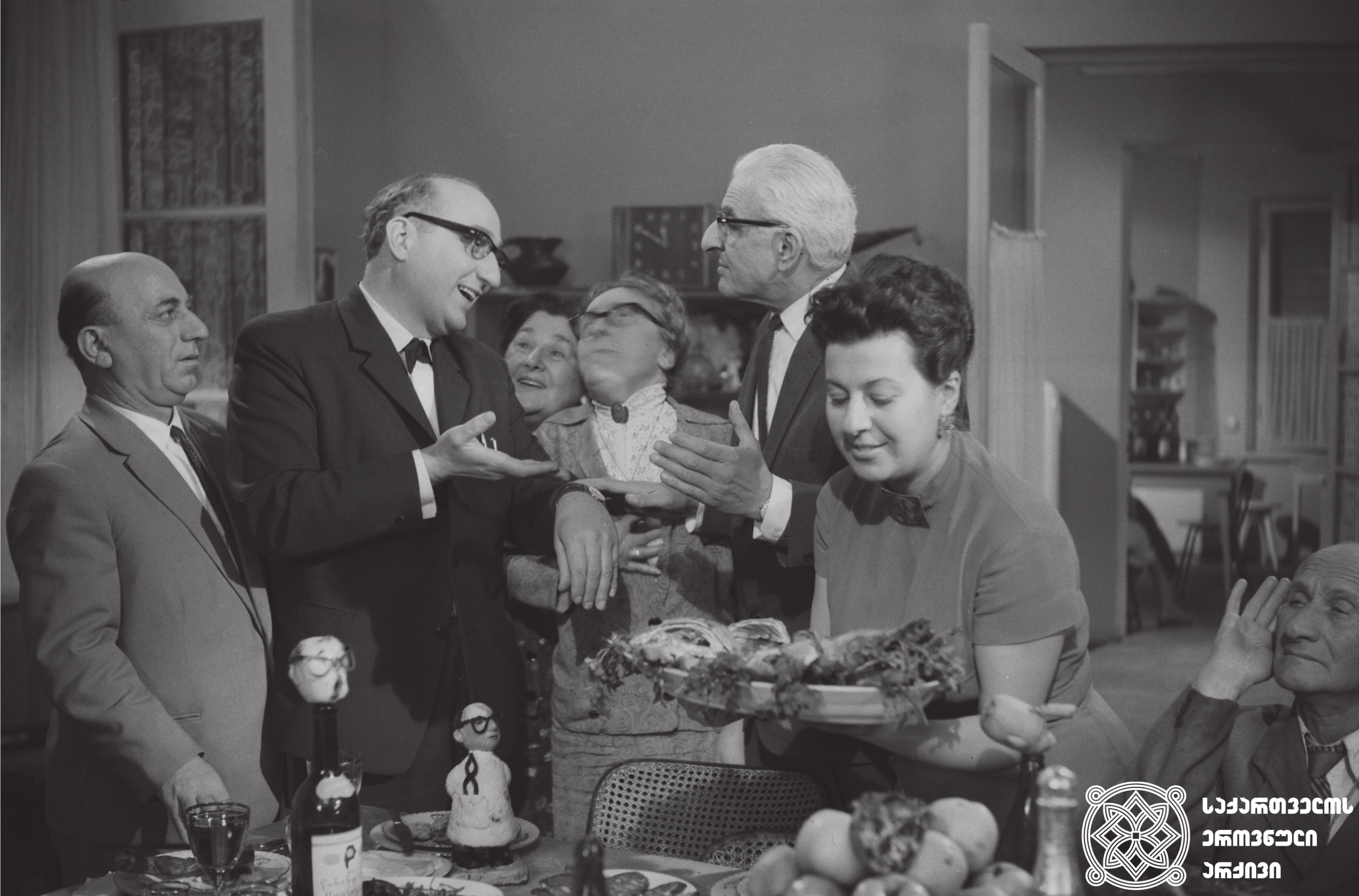 """მხატვრული ფილმი """"თოჯინები იცინიან"""", მსახიობები: იპოლიტე ხვიჩია, ეროსი მანჯგალაძე, სესილია თაყაიშვილი, მარინე თბილელი, ალექსანდრე ჟორჟოლიანი გადასაღებ მოედანზე.  <br>რეჟისორი: ნიკოლოზ სანიშვილი.  <br> 1962 <br> Feature film """"Toys are Laughing"""", actors: Ipolite Khvichia, Erosi Manjgaladze, Sesilia Takaishvili, Marine Tbileli, Aleksandre Zhorzholiani on the filming location.  <br>Director: Nikoloz Sanishvili.  <br> 1962"""