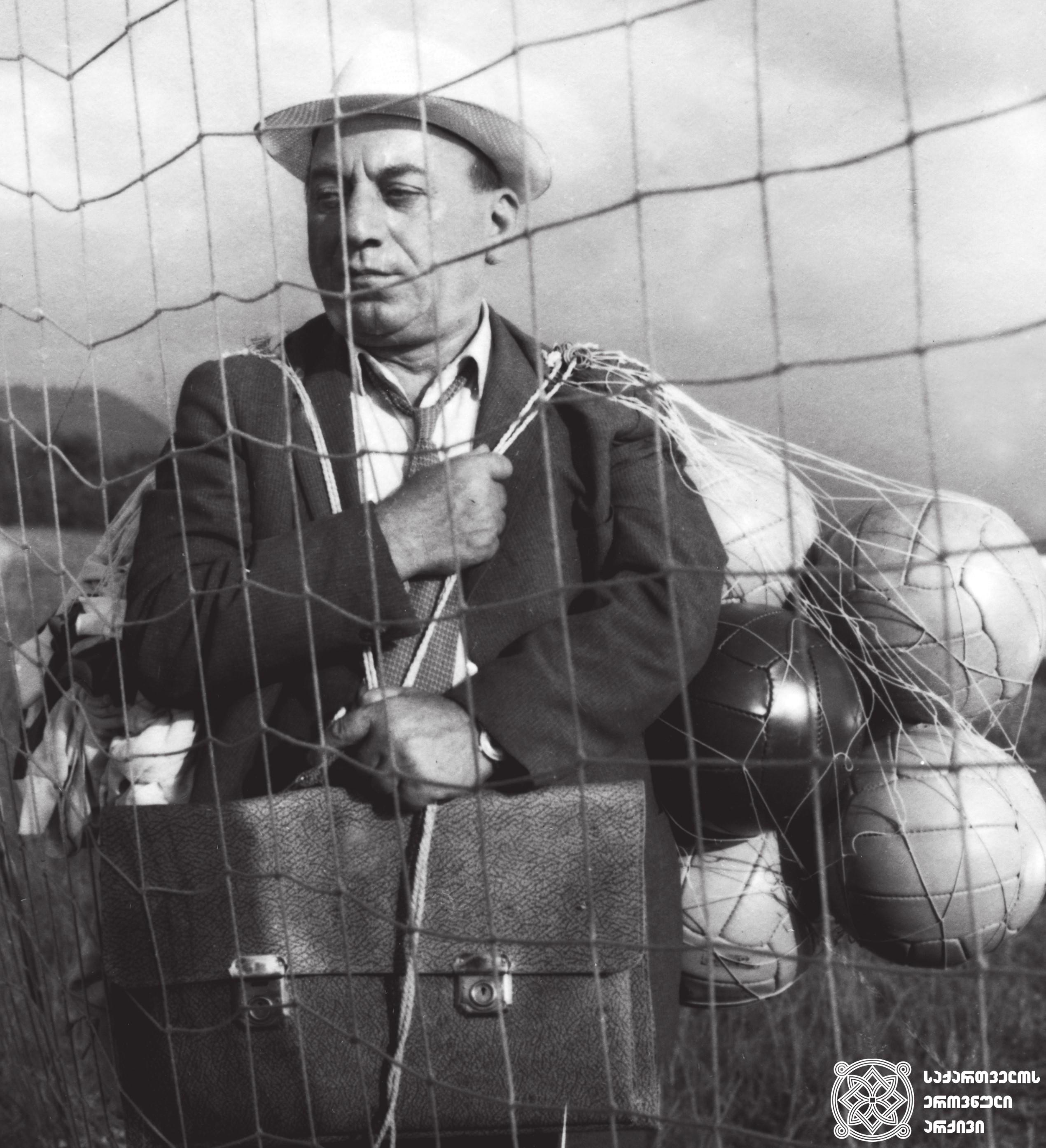 """მხატვრული ფილმი """"ფეოლა"""", მსახიობი იპოლიტე ხვიჩია გადასაღებ მოედანზე.  <br>რეჟისორი: ბაადურ წულაძე. 1970  <br> Feature film """"Feola"""", actor Ipolite Khvichia on the filming location.  <br>Director: Baadur Tsuladze. 1970"""