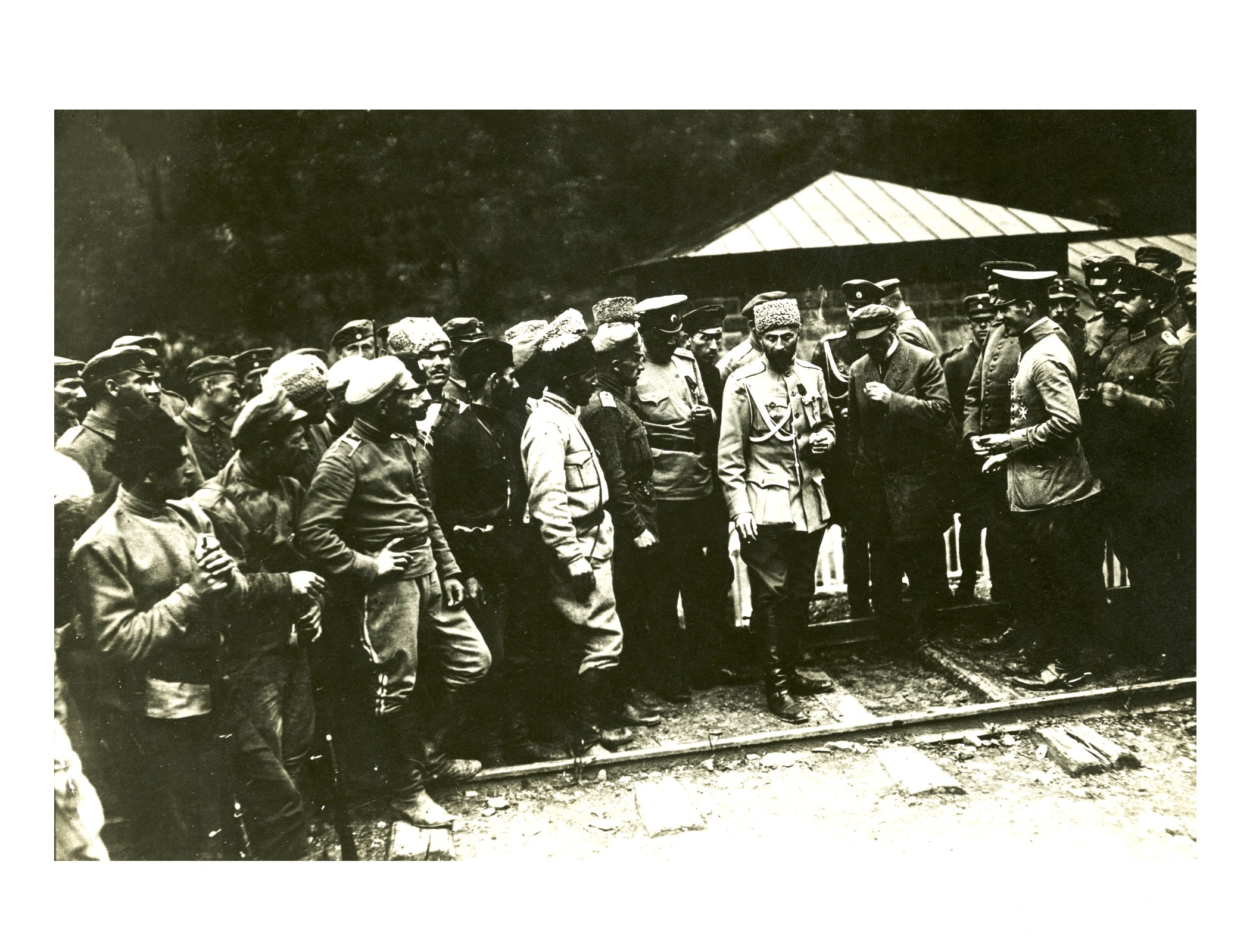 საქართველოს რესპუბლიკის შეიარაღებული ძალების მთავარსარდალი, გენერალი გიორგი კვინიტაძე (შუაში) ქართველ და გერმანელ სამხედროებთან ერთად. <br> 1918 წელი. <br> Commander-in-Chief of Georgian army, General Giorgi Kvinitadze (in the center) together with Georgian and German soldiers. <br> 1918.