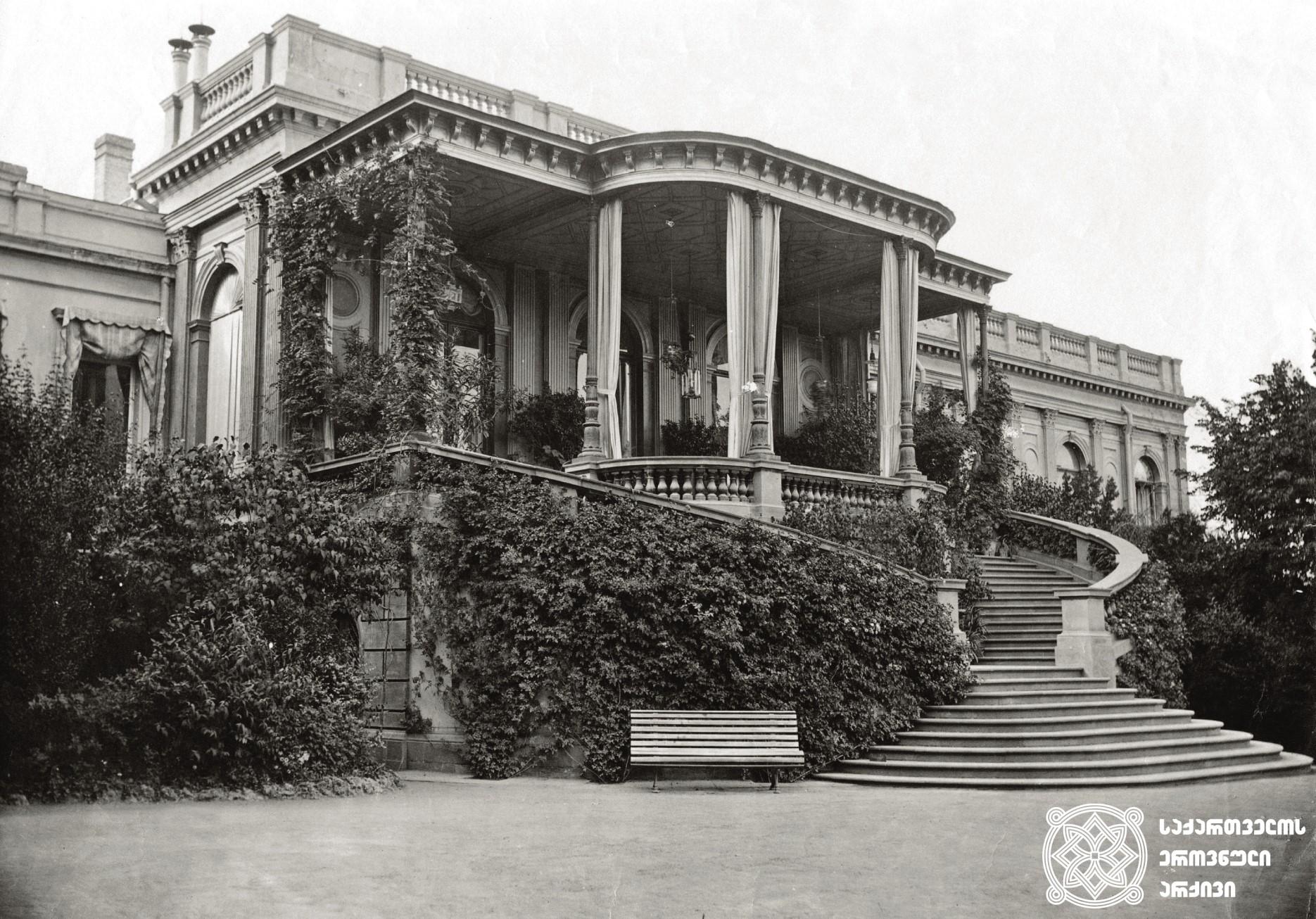 მთავრობის სასახლე (ეზოს მხრიდან). <br> უთარიღო. <br> The Government Palace (from the yard's side). <br> Undated.