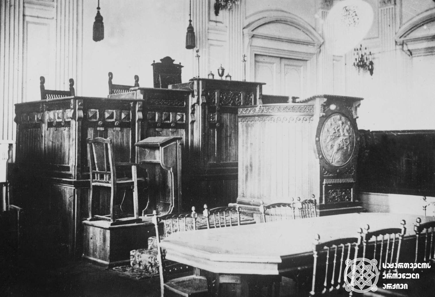 დამფუძნებელი კრების პლენარულ სხდომათა დარბაზის ინტერიერი. (დღევანდელი მოსწავლე ახალგაზრდობის ეროვნული სასახლე). <br> თბილისი, 1919 წელი. <br> Interior of the Constituent Assembly session plenary hall (present-day National Youth Palace). <br> Tbilisi, 1919.
