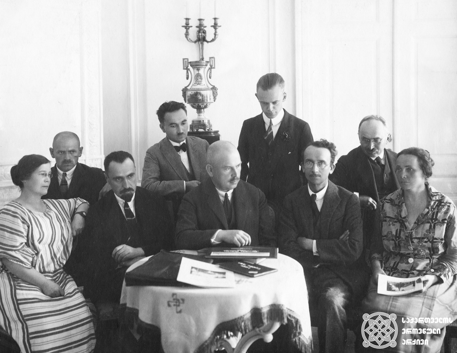 ირაკლი წერეთელი (ზის მეორე) და ბელგიის სოციალისტური პარტიის ლიდერი და მეორე ინტერნაციონალის ბიუროს გენერალური მდივანი კამილ ჰიუსმანსი (ზის მეოთხე) უცხოელ პოლიტიკოსებს შორის. <br> [1920 წელი].<br> ფოტო დაცულია ბელგიის სოციალური ისტორიის ინსტიტუტში. <br> Irakli Tsereteli (the second one sitting) and the leader of the Belgian Socialistic Party and the Secretary General of the Bureau of the Second International Camille Huysmans (the fourth one sitting) among foreign politicians. <br> [1920]. <br> Photo preserved at the Institute of Social History of Belgium.<br>