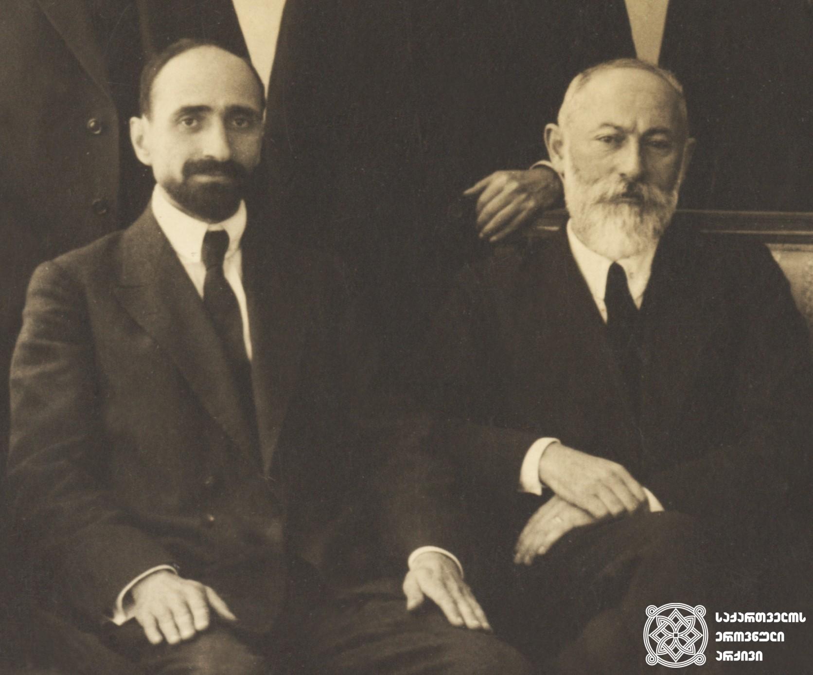 ნოე რამიშვილი (1881-1930) - საქართველოს რესპუბლიკის მთავრობის პირველი თავმჯდომარე (1918 წლის 26 მაისი-1918 წლის 24 ივლისი) <br> ნოე ჟორდანია (1868-1953) - საქართველოს რესპუბლიკის მთავრობის თავმჯდომარე <br> Noe Ramishvili (1881-1930) – The first chairman of the government of the First Republic of Georgia (26 May 1918 – 24 July 1918) <br> Noe Zhordania (1868-1953) – the chairman of the government of the Georgian Republic