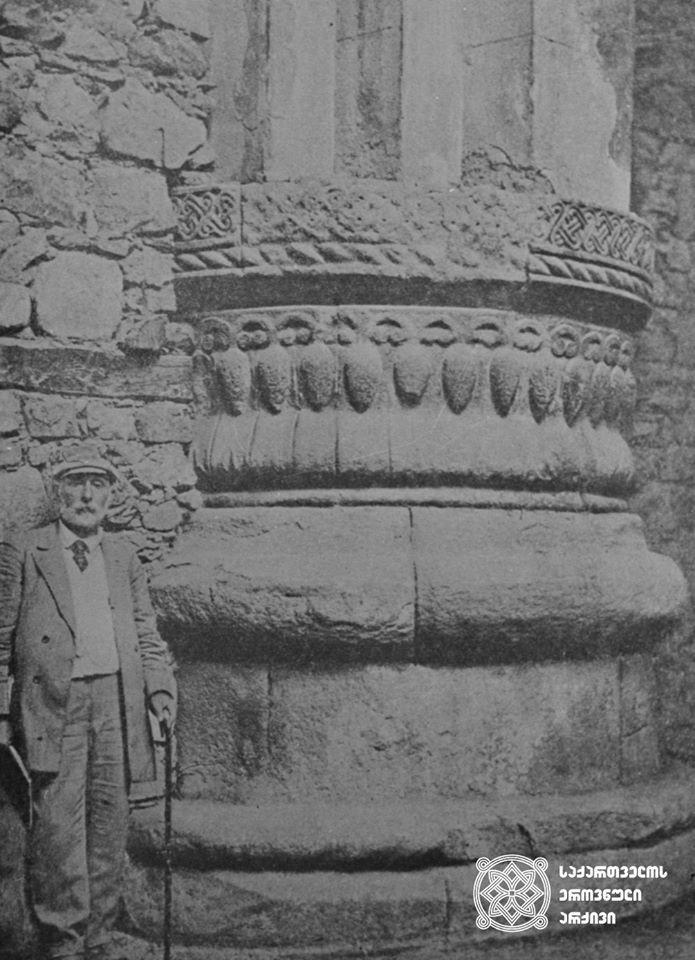 ექვთიმე თაყაიშვილი ოშკის სვეტთან  ექვთიმე თაყაიშვილის ექსპედიცია სამხრეთ საქართველოში, 1917 წელი  <br> Ekvtime Takaishvili at Oshki column  Expedition in the south Georgia. 1917.
