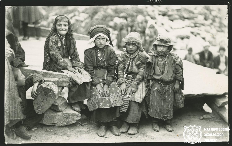 სოფელი ღები. პატარა გოგონები. <br> Village Ghebi. Little girls. <br> 1890. <br>